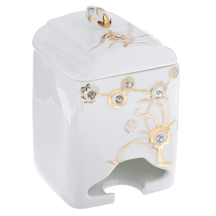 Банка-домик для чайных пакетиков Золотое дерево. 595-370595-370Банка-домик для чайных пакетиков Золоте дерево изготовлена из высококачественного фарфора белого цвета. Крышка и корпус банки декорированы стразами и рельефом, покрытым золотистой эмалью. Ручка крышки выполнена в виде бутона цветка. Элегантная банка-домик для чайных пакетиков Золотое дерево идеально подойдет для сервировки стола и станет отличным подарком к любому празднику. Банка упакована в подарочную коробку. Характеристики: Материал: фарфор. Высота банки (без учета крышки): 14 см. Размер банки: 8,5 см х 8,5 см.