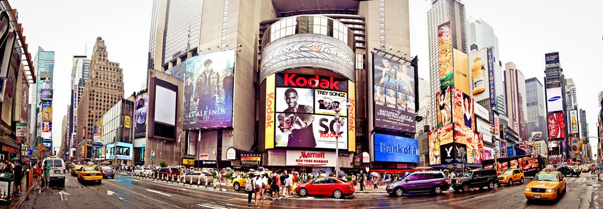 Картина на стекле Postermarket Нью-Йорк, 95 х 33 смAG 33-10Картина на стекле Postermarket - это новое слово в оформлении интерьера. Изделие выполнено из закаленного стекла, что обеспечивает устойчивость к внешним воздействиям, защиту от влаги и долговечность. Картина оформлена красочным изображением главной улицы Нью-Йорка - Пятая Авеню. С задней стороны имеются 2 петельки для подвешивания к стене. Стильный, современный дизайн, а также яркие и насыщенные цвета сделают эту картину прекрасным дополнением интерьера комнаты.