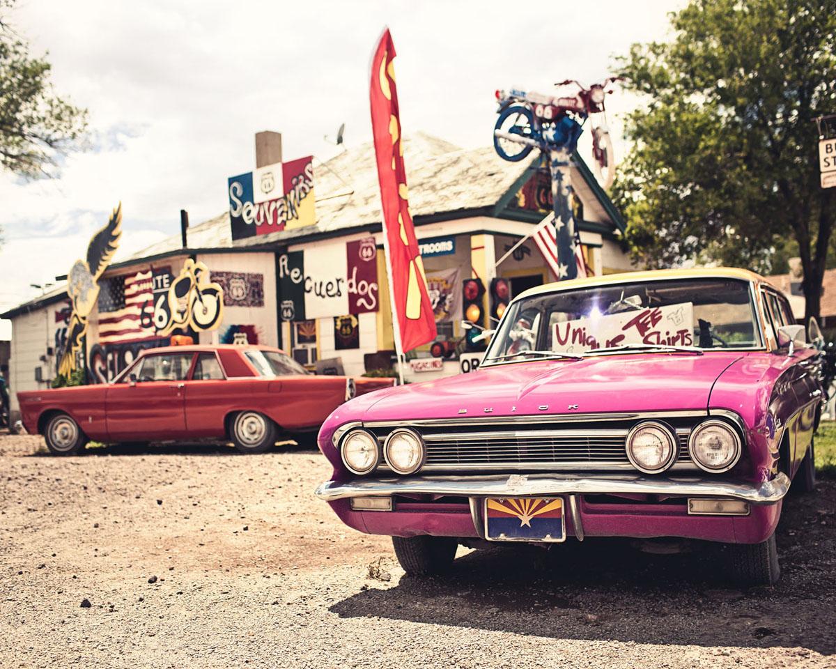 Картина на стекле Postermarket Розовый автомобиль, 50 х 40 смU210DFКартина на стекле Postermarket - это новое слово в оформлении интерьера. Изделие выполнено из закаленного стекла, что обеспечивает устойчивость к внешним воздействиям, защиту от влаги и долговечность. Картина оформлена красочным изображением розового автомобиля. С задней стороны имеется петелька для подвешивания к стене. Стильный, современный дизайн, а также яркие и насыщенные цвета сделают эту картину прекрасным дополнением интерьера комнаты.