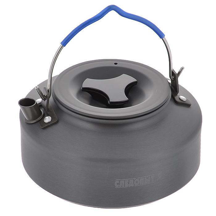 Чайник костровой Следопыт, походный, 1 лPF-CWS-P05МПоходный костровой чайник Следопыт изготовлен методом холодной штамповки из пищевого алюминия с анодированным покрытием, полностью адаптирован к использованию в условиях походов и путешествий и может использоваться как для приготовления пищи на плитах, так и на костре, используя треногу. Чайник предназначен для подогрева и кипячения воды, заваривания чая или приготовления различных напитков (отвары, компоты и много другое) для небольшой группы людей во время загородных путешествий, на рыбалке, охоте или на кемпинге. Чайник спроектирован таким образом, чтобы обеспечить большую вместимость, компактность и легкость. Чайник Следопыт можно использовать с различным газовым или жидко-топливным оборудованием. Материал: пищевой алюминий с анодированным покрытием.