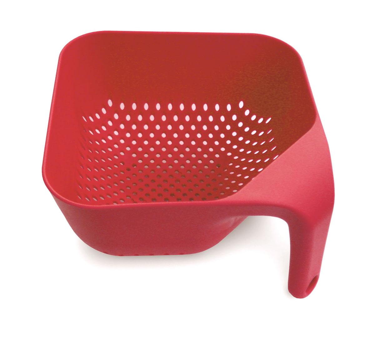 Дуршлаг Joseph Joseph, квадратный, цвет: красный, 20 х 20 смSRCOL016SWКвадратный дуршлаг Joseph Joseph изготовлен из прочного пищевого пластика. Изделие имеет три удобные ножки для лучшей устойчивости, а также ручку эргономичной формы. Благодаря особой форме отверстий оттуда быстро выливается вся жидкость. Форма для дуршлага необычная, но это делает его уникальным предметом, который призван облегчить работу на кухне. Красивый и удобный дуршлаг Joseph Joseph станет достойным дополнением к вашим кухонным аксессуарам. Можно мыть в посудомоечной машине.