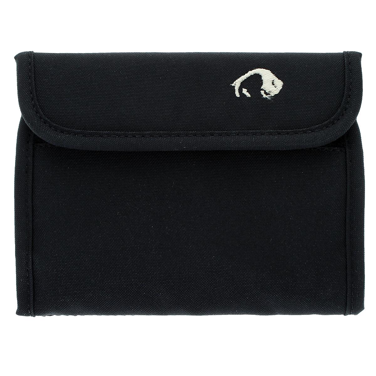 Кошелек Tatonka Euro Wallet, цвет: черный2876.040Кошелек Tatonka Euro Wallet сделан специально для купюр евро, такой кошелек послужит вам своей надежностью и функциональностью. Кошелек закрывается на липучку. Внутри состоит из двух отделений для купюр, одно из которых на застежке-молнии, также включает четыре кармашка для кредитных карт, прозрачное пластиковое окошко и потайной кармашек. Наружное отделение на застежке-молнии для мелочи или ключей. Оригинальный кошелек - неотъемлемый атрибут любого, он является повседневным предметом пользования, и призван подчеркнуть стиль и вкус его обладателя.