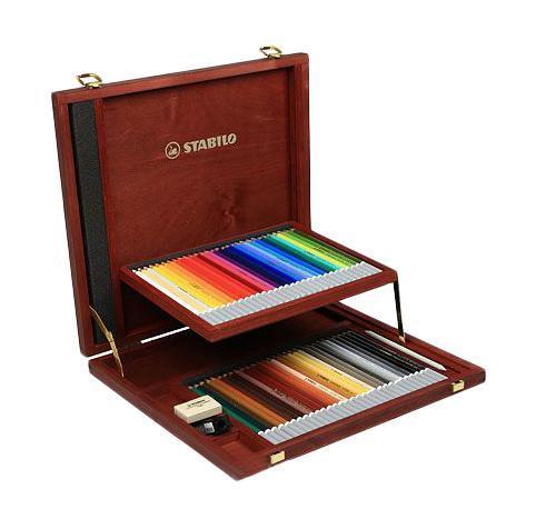 Набор цветных карандашей Stabilo CarbOthello, 60 цветов. 1460-11460-1Цветная пастель в виде деревянного карандаша. Деревянная оболочка карандаша защищает хрупкую сердцевину - пастельный мелок, способный передать бесподобную свежесть и выразительность красок. Мягкий грифель позволяет рисовать даже на очень тонкой бумаге. Можно использовать как акварельные карандаши. Цветная пастель идеально подходит для смешивания цветов. Исключительная насыщенность цвета позволяет добиться великолепных результатов даже на темном фоне. Набор в деревянном футляре. 60 цветов + точилка + ластик для мелков + растушевка. Футляр имеет механизм автоматического открывания.