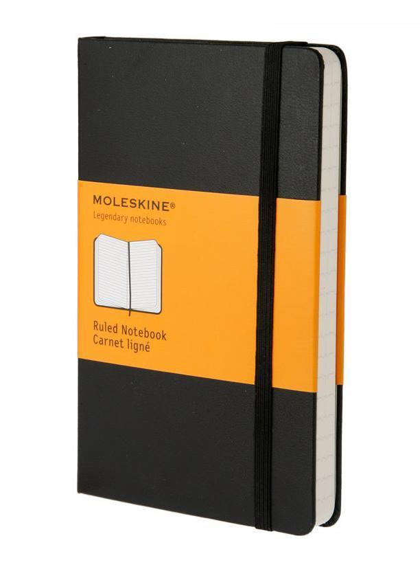 Moleskine Записная книжка Classic Pocket цвет черныйMM710Записная книжка Moleskine Classic Pocket - прекрасный инструмент для записи мыслей и важных заметок. Прошитый основной блок содержит 192 страницы в линейку без полей. Неповторимые черты записной книжки Молескин: Удобная эластичная застежка; Прочная влагозащитная обложка; Прошитый нитками переплет; Практичные скругленные углы; Быстро впитывающая чернила бумага; Функциональная лента-закладка.