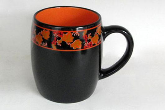 Кружка Рябина, цвет: черный, оранжевый, 450 млHW S03-RАКружка Рябина изготовлена из высококачественной керамики и декорирована орнаментом с рисунком. Она прекрасно впишется в интерьер вашей кухни и станет достойным дополнением к кухонному инвентарю. Такая кружка не только украсит ваш кухонный стол и подчеркнет прекрасный вкус хозяйки, но и станет отличным подарком.