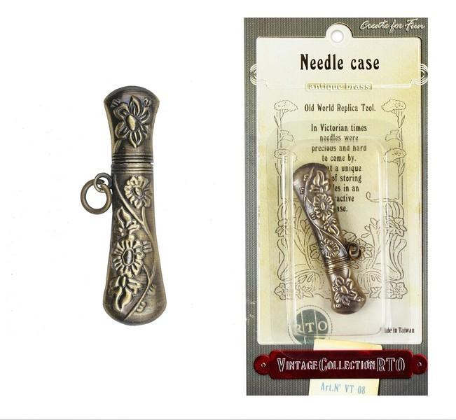 Футляр для иголок RTO Винтаж. VT-08UP210DFФутляр для иголок RTO Винтаж выполнен из металла, стилизованного под бронзу, и украшен цветочным орнаментом. Имеется специальное металлическое кольцо, благодаря которому футляр можно носить на цепочке. Длинна футляра позволяет хранить даже длинные иглы. В середине 19-го века иголки было трудно найти и они были очень дорогими. Футляр - это красивый и удобный способ хранения иголок. Размер футляра: 5,6 см х 1,5 см.