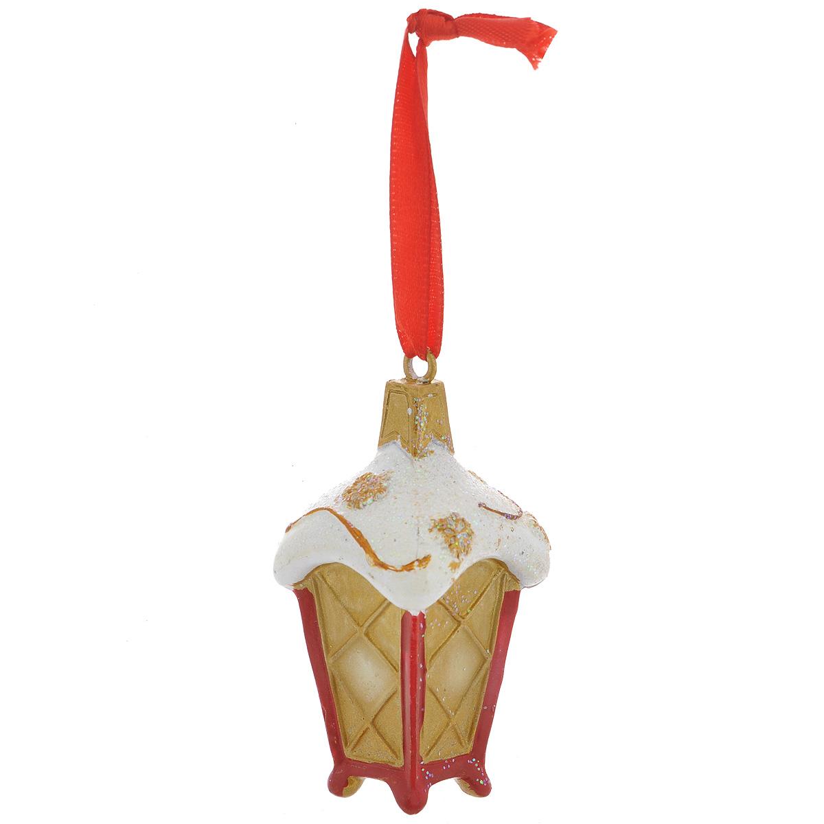 Новогоднее подвесное украшение Заснеженный фонарь. 3459634596Оригинальное новогоднее украшение из пластика прекрасно подойдет для праздничного декора дома и новогодней ели. Изделие крепится на елку с помощью металлического зажима.