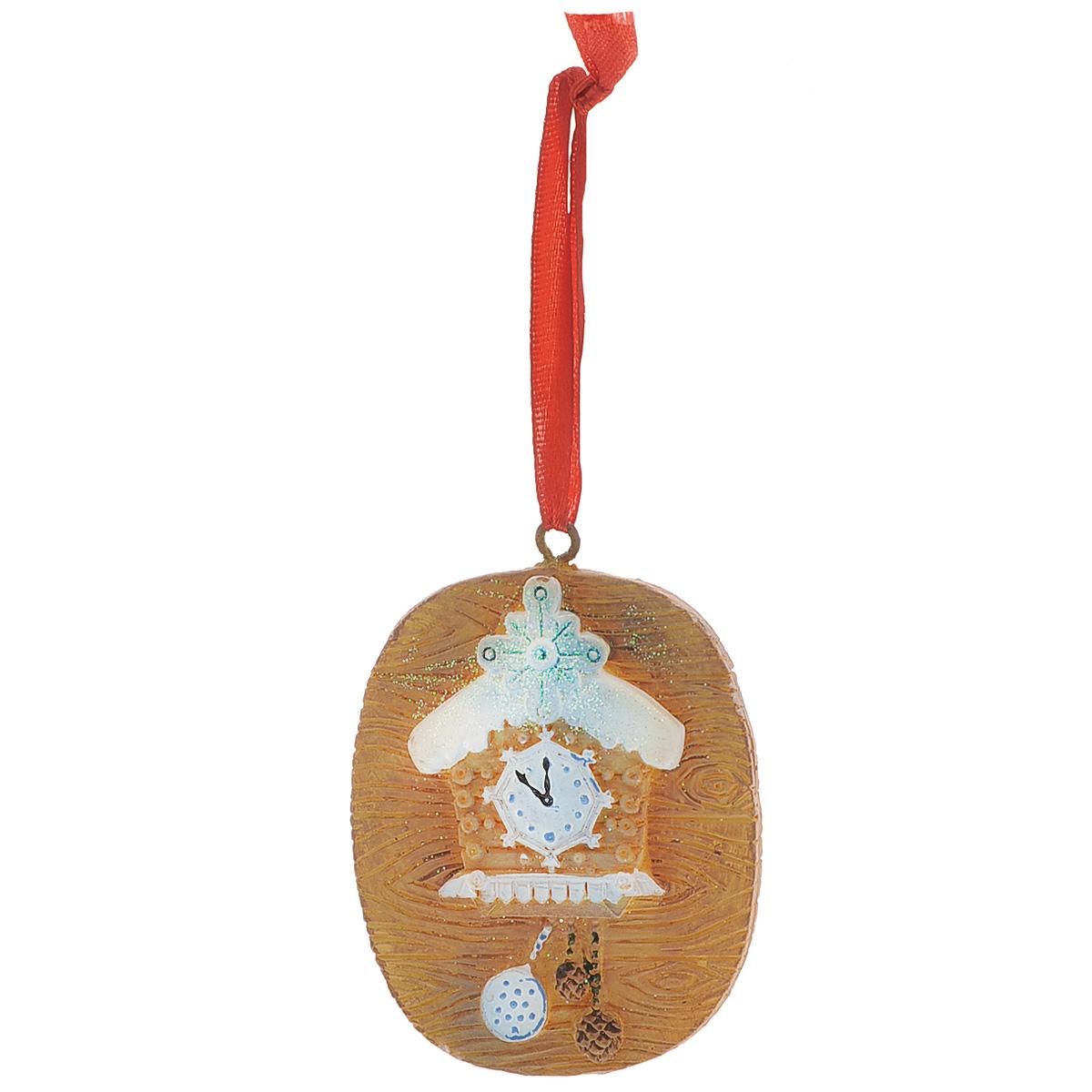 Новогоднее подвесное украшение Сказочные часы с шишками, цвет: коричневый. 3458034580Оригинальное новогоднее украшение из пластика прекрасно подойдет для праздничного декора дома и новогодней ели. Изделие крепится на елку с помощью металлического зажима.
