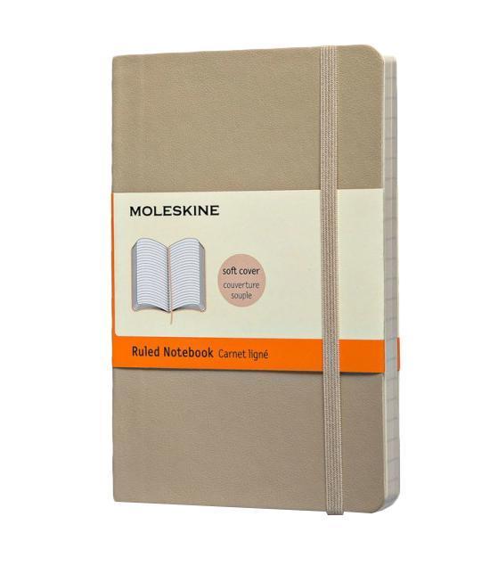 Записная книжка Classic Soft (в линейку), Moleskine, Pocket, бежевый (арт. QP611G4)QP611G4Классическая записная книжка Молескин в мягкой цветной обложке. Удобная эластичная застежка защитит Вашу записную книжку. Надёжно вшитая в корешок закладка. На внутренней стороне обложки - вместительный кармашек для документов. Не желтеющая, быстро впитывающая чернила бумага. Формат: Pocket (9x13 см) Обложка: мягкая, влагозащитная Бумага: 192 страницы, в линейку