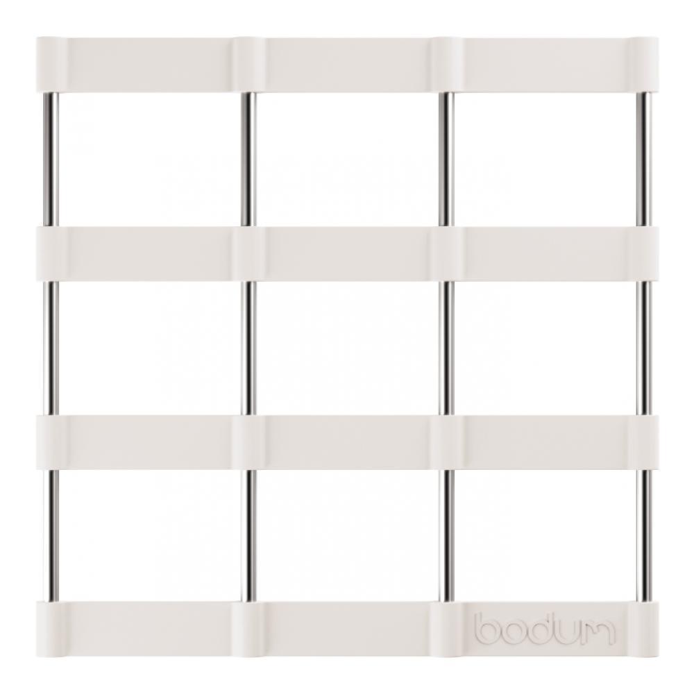 Подставка под горячее Bodum Bistro, цвет: белый, 17,5 х 17,5 см11553-913Подставка под горячее Bodum Bistro, выполненная из силикона и нержавеющей стали, идеально впишется в интерьер современной кухни. Силикон не даст подставке скользить по поверхности стола. Простые геометрические формы можно использовать в дизайне самых разнообразных предметов, получая не только красивую, но еще и функциональную вещь! Подставка под горячее, имеющая вид соединенных вместе стальных прутьев и силиконовых лент в форме квадратов, превосходно впишется в интерьер современной кухни и дополнит набор кухонной утвари. Каждая хозяйка знает, что подставка под горячее - это незаменимый и очень полезный аксессуар на каждой кухне. Ваш стол будет не только украшен оригинальной подставкой, но и сбережен от воздействия высоких температур ваших кулинарных шедевров. Можно использовать в посудомоечных машинах. Не обрабатывать абразивными моющими средствами.
