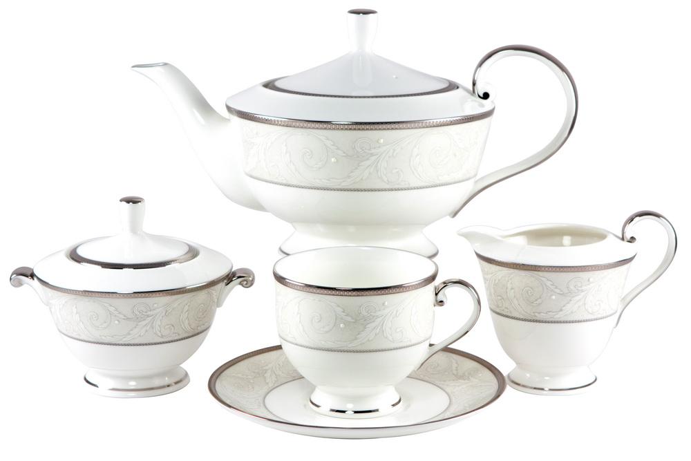 С-з чайный 17 пр. на 6 персон Ноктюрн50685-52302СОСТАВ: чайник с крышкой, молочник, сахарница с крышкой, 6 чайных пар. Всемирно известная марка NARUMI была основана в 1911 году, в Японии. На сегодняшний день NARUMI – один из ведущих производителей элитного фарфора «BoneChina*». Фарфор от NARUMI содержит до 47% костяной золы, что, безусловно, позволяет ему быть классическим фарфором «BoneChina*». Благодаря такому составу фарфор этой марки чрезвычайно прочен, в то же время – тонок и изящен. Это качество по достоинству оценили любители эксклюзивной и красивой посуды не только в Японии, но и далеко за ее пределами. Вызывает восхищение и графическая отделка посуды. Тонкие, неуловимо изящные линии и красивейший орнамент наносится вручную. При этом декорирование и роспись драгоценными металлами скорее не исключение, а распространенная практика. При этом металл имеет характерный «шёлковый» блеск, что достигается тщательной ручной полировкой. Нужно ли говорить, что при применении таких технологий, высококачественная посуда сохраняет свой...