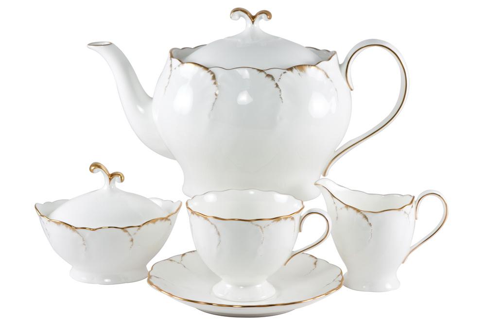 С-з чайный 17 пр. на 6 персон Белый с золотом8968-24078СОСТАВ: чайник с крышкой, молочник, сахарница с крышкой, 6 чайных пар. Всемирно известная марка NARUMI была основана в 1911 году, в Японии. На сегодняшний день NARUMI – один из ведущих производителей элитного фарфора «BoneChina*». Фарфор от NARUMI содержит до 47% костяной золы, что, безусловно, позволяет ему быть классическим фарфором «BoneChina*». Благодаря такому составу фарфор этой марки чрезвычайно прочен, в то же время – тонок и изящен. Это качество по достоинству оценили любители эксклюзивной и красивой посуды не только в Японии, но и далеко за ее пределами. Вызывает восхищение и графическая отделка посуды. Тонкие, неуловимо изящные линии и красивейший орнамент наносится вручную. При этом декорирование и роспись драгоценными металлами скорее не исключение, а распространенная практика. При этом металл имеет характерный «шёлковый» блеск, что достигается тщательной ручной полировкой. Нужно ли говорить, что при применении таких технологий, высококачественная посуда сохраняет свой...