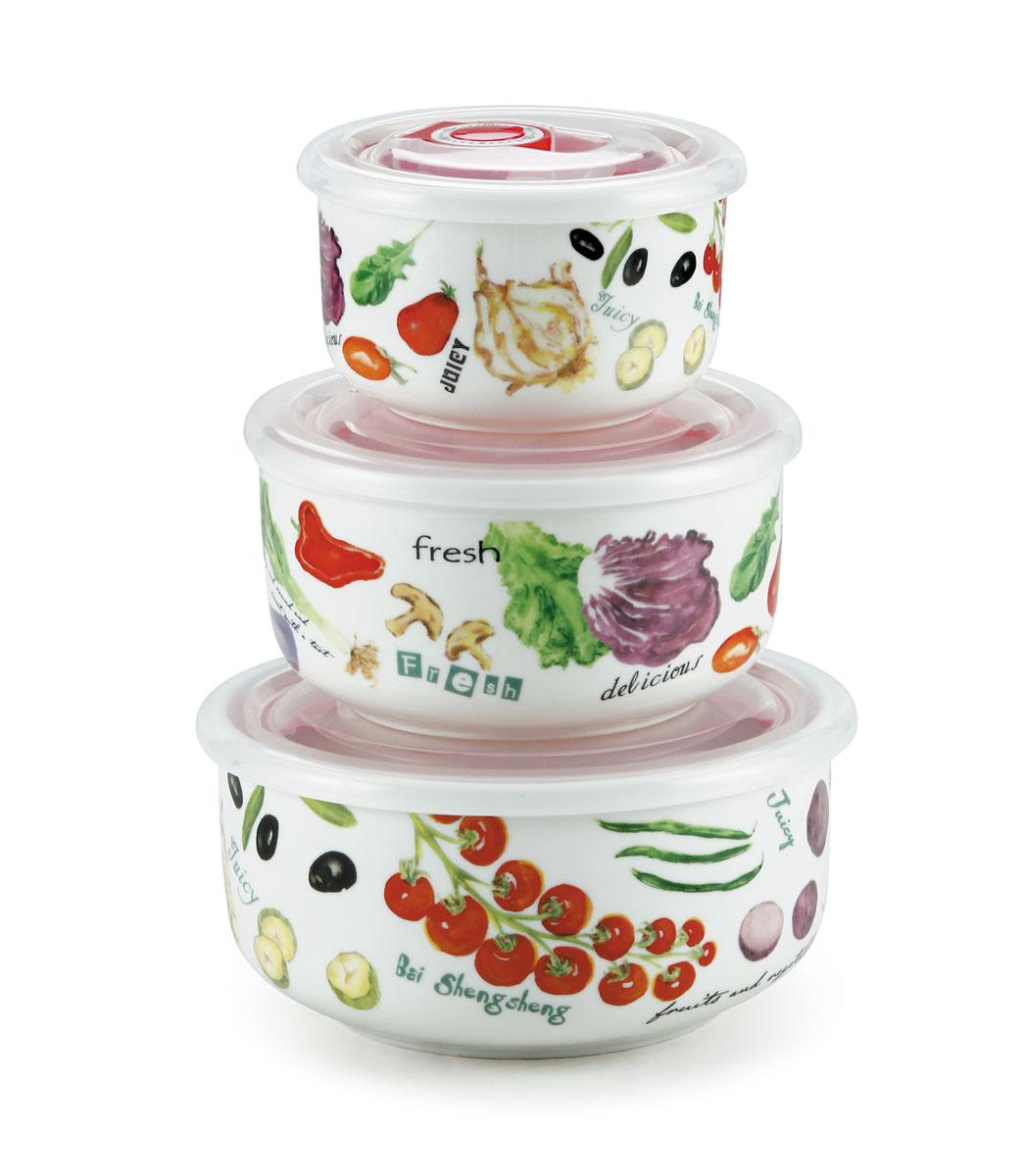 Набор вакуумных контейнеров Bekker Овощи с крышками, 3 штВК-5116Набор Bekker Овощи состоит из трех круглых вакуумных контейнеров разного объема. Контейнеры выполнены из высококачественного фарфора и декорированы изображениями овощей. Изделия надежно закрываются пластиковыми прозрачными вакуумными крышками, которые снабжены силиконовыми уплотнителями для лучшей фиксации. Благодаря этому они будут дольше сохранять свежесть ваших продуктов. Крышки оснащены специальным откидывающимися механизмами с отметками дня месяца, которые вы можете установить вручную и всегда быть уверенным в сроке годности продуктов. Чтобы открыть контейнер, вам нужно откинуть механизм вверх. Набор очень удобно хранить, и на кухне он не займет много места, так как изделия складываются друг в друга по принципу матрешки. Функциональный и яркий набор контейнеров Bekker Овощи займет достойное место среди аксессуаров на вашей кухне. Контейнеры пригодны для использования в микроволновой печи и посудомоечной машине. Комплектация: 3 шт. Объем...
