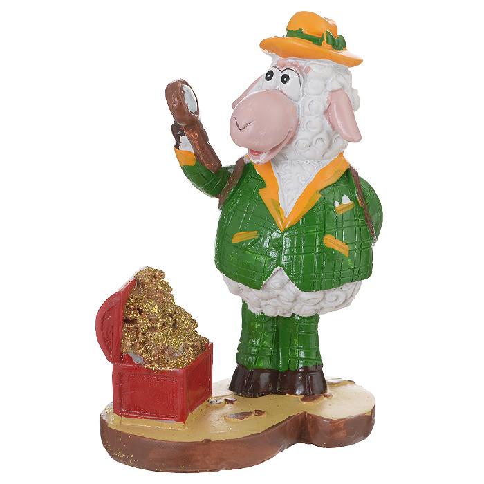 Декоративная фигурка Овечка-сыщик и сокровища, высота 11 см. 3454134541Декоративная фигурка Овечка-сыщик и сокровища станет прекрасным сувениром, который вызовет улыбку и поднимет настроение. Фигурка выполнена из полирезины в виде овечки-сыщика рядом с сундуком с сокровищами. Поставьте фигурку в любое понравившееся вам места, где она будет удачно смотреться и радовать глаз.