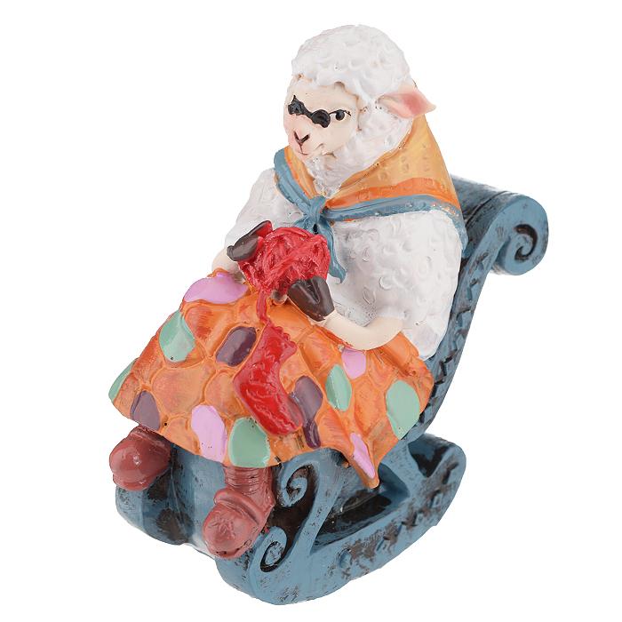Фигурка декоративная Овечка в кресле-качалке, 7,8 х 4,9 х 8,5 см 3455134551Декоративная фигурка Овечка в кресле-качалке прекрасно подойдет для украшения интерьера дома. Изделие выполнено из полирезины в форме овечки с пряжей, которая сидит в кресле. Шея укрыта платочком. Изящная фигурка станет прекрасным подарком, который обязательно порадует получателя.