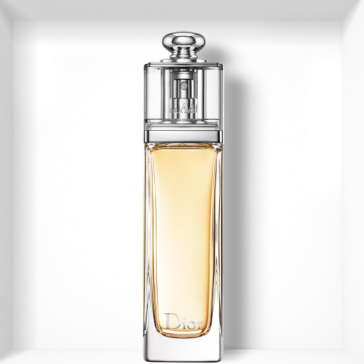 Christian Dior  Dior Addict Туалетная вода женская, 100млF062874009Мгновенно притягивающий, Dior Addict воплощает собой невероятно красивый и соблазнительный аромат, который находится в полной гармонии с сегодняшним днем. Сицилийский Мандарин в его верхних нотах придает игривый, чарующий оттенок фруктовых цитрусовых аккордов, пикантных и насыщенных. На смену ему приходит букет белых цветов Жасмина Самбак и Тунисского Нероли в сочетании с чувственной и изысканной древесной базовой нотой Эссенции Сандалового дерева с легким оттенком Ванили. Утонченный древесно-цветочный аромат: абсолютно женственный, он искрится свежестью и чувственной элегантностью. Начальные ноты: мандарин. Ноты сердца: жасмин, нероли. Базовые ноты: ваниль, сандаловое дерево. Характер аромата: женственный; волнующий; изящный; манящий; свежий; чувственный.