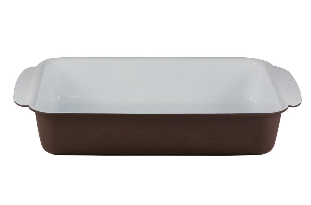 Форма для запекания Bialetti, прямоугольная, с керамическим покрытием, цвет: коричневый, 30 см х 22 смBL 210 BПрямоугольная форма для запекания Bialetti изготовлена из тяжело анодированного алюминия - металла прочнее стали, который обладает отличными антипригарными свойствами и высокой теплопроводностью. Вам потребуется меньше времени и меньший температурный режим для готовки, т.к. эко посуда нагревается быстрее и сильнее, чем традиционная. При производстве посуды Bialetti не используются опасные для окружающей среды компоненты (такие как PFOA), имеющие длительный период распада. Особо прочное керамическое покрытие Aeternum предотвращает пригорание пищи и обеспечивает ее легкое приготовление. Кроме того, покрытие обладает жиро- и водоотталкивающими свойствами, поэтому легко чистится. Внешние стенки покрыты жаропрочной эмалью коричневого цвета. Самым неожиданным станут впечатления от цвета посуды - пожарьте мясо или картошку на белоснежной керамической посуде хоть один раз, и вы больше не сможете есть продукты, приготовленные на традиционных черных и...