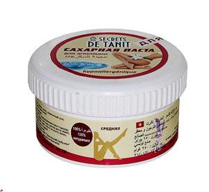 Secrets de Tanit Сахарная паста для эпиляции, гипоаллергенная, 250 г00000000059100% натуральное средство для удаления волос со всех участков тела. Гипоаллергенно! Средняя консистенция. Преимущества шугаринга: 1. Паста наносится против роста волоса, снимается по росту (тем самым волос не обламывается, а вырывается с корнем, что предотвращает врастание волоса); 2. Температура пасты при нанесении равна температуре тела, что исключает гипертермию кожи, что позволяет наносить ее на самые чувствительные зоны; 3. Волос удаляется минимальной длины (от 3 мм); 4. Разная плотность паст позволяет удалять волос от пушкового до забритого жесткого; 5. Деликатное мануальное воздействие способствует вместе с удалением волоса проводить деликатный пилинг - удаление мертвых клеток, что делает кожу гладкой и шелковистой; 6. Минимальные дискомфортные ощущения во время процедуры позволяют проводить ее беременным женщинам и людям с расширенной сосудистой сеткой на ногах. 7. Остатки пасты смываются водой, так как сахарная паста...