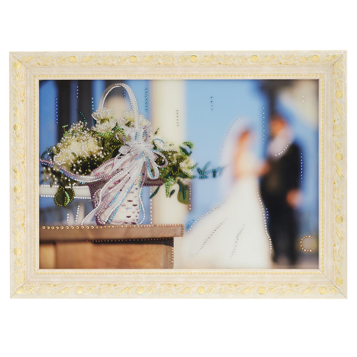 Картина с кристаллами Swarovski Свадебные цветы, 70 см х 50 см12245Изящная картина в багетной раме, инкрустирована кристаллами Swarovski, которые отличаются четкой и ровной огранкой, ярким блеском и чистотой цвета. Красочное изображение свадебных цветов, расположенное под стеклом, прекрасно дополняет блеск кристаллов. С обратной стороны имеется металлическая проволока для размещения картины на стене. Картина с кристаллами Swarovski Свадебные цветы элегантно украсит интерьер дома или офиса, а также станет прекрасным подарком, который обязательно понравится получателю. Блеск кристаллов в интерьере, что может быть сказочнее и удивительнее. Картина упакована в подарочную картонную коробку синего цвета и комплектуется сертификатом соответствия Swarovski.