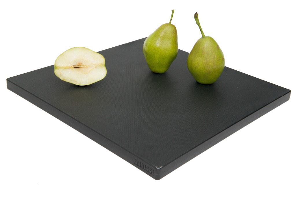 Доска разделочная Zanussi, цвет: черный, 35 см х 35 смZIH31110AFРазделочная доска Zanussi изготовлена из высококачественного пластика высокой плотности, что обеспечивает превосходную стойкость к химическим веществам, износу и влаге. Текстурированная поверхность удерживает пищу на месте, не давая ей скользить. Простота в использовании, надежность, безопасность и незначительная потребность в уходе. Ножи не теряют остроты при резке на разделочной доске. Обе поверхности доски рабочие. Это сокращает риск перекрестного бактериального загрязнения при приготовлении пищи. Простота чистки и пригодность для мойки в посудомоечной машине. Не ставьте на доску тяжелые или горячие предметы.