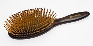 Dewal Расческа массажная Престиж с пластиковыми зубцами. BPR211BPR211В ассортименте торговой марки Dewal имеются расчески на все случаи жизни, с помощью которых можно выполнять стрижки, укладки, модельные причёски и другие манипуляции с волосами. Вообще расческа для волос считается для парикмахера самым простым, но при этом незаменимым инструментом. Массажная деревянная щетка мини с пластиковыми штифтами (пластиковые штифты щетки длиннее обычных и имеют форму спички. Такая форма штифтов позволяет легко и быстро разделять волосы, пряди волос хорошо захватываются при укладке. Более мягкая поверхность и круглые наконечники штифтов мягко массируют кожу головы при расчесывании идеальна для расчесывания любых волос и массажа кожи головы. Продуманная конструкция, эргономичный дизайн обеспечивают комфортную работу парикмахера. Расчёски с лёгкостью скользят по волосам, удобно ложатся в руку. Товар сертифицирован.