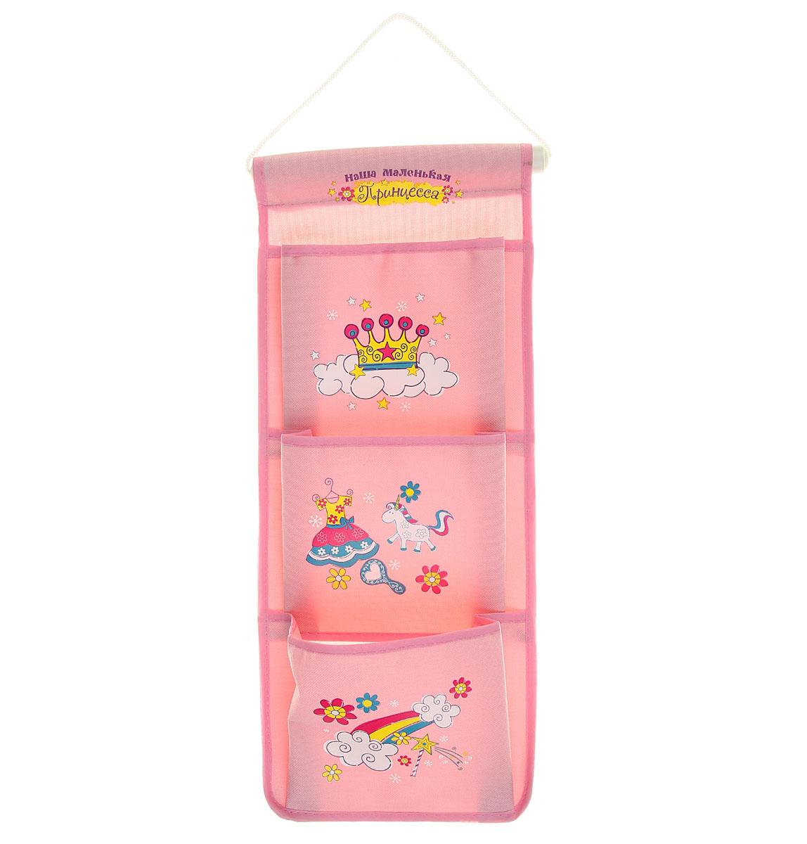 Кармашки на стену Sima-land Наша маленькая принцесса, цвет: розовый, белый, желтый, 3 шт139985Кармашки на стену Sima-land «Наша маленькая принцесса», изготовленные из текстиля и пластика, предназначены для хранения необходимых вещей, множества мелочей в гардеробной, ванной, детской комнатах. Изделие представляет собой текстильное полотно с тремя пришитыми кармашками. Благодаря пластмассовой планке и шнурку, кармашки можно подвесить на стену или дверь в необходимом для вас месте. Кармашки декорированы изображениями короны, платья, цветов и надписью «Наша маленькая принцесса». Этот нужный предмет может стать одновременно и декоративным элементом комнаты. Яркий дизайн, как ничто иное, способен оживить интерьер вашего дома.