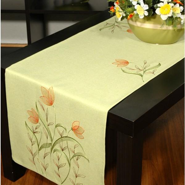 Дорожка для декорирования стола Schaefer, прямоугольная, цвет: зеленый, 40 x 140 см 07025-21107025-211Дорожка Schaefer выполнена из высококачественного полиэстера и украшена вышитым цветочным орнаментом. Вы можете использовать дорожку для декорирования стола, комода или журнального столика. Благодаря такой дорожке вы защитите поверхность мебели от воды, пятен и механических воздействий, а также создадите атмосферу уюта и домашнего тепла в интерьере вашей квартиры. Изделия из искусственных волокон легко стирать: они не мнутся, не садятся и быстро сохнут, они более долговечны, чем изделия из натуральных волокон. Изысканный текстиль от немецкой компании Schaefer - это красота, стиль и уют в вашем доме. Дорожка органично впишется в интерьер любого помещения, а оригинальный дизайн удовлетворит даже самый изысканный вкус. Дарите себе и близким красоту каждый день!