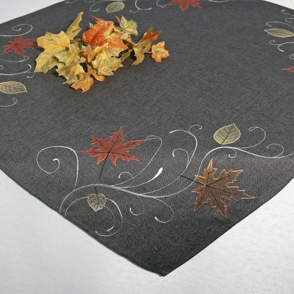 Скатерть Schaefer, квадратная, цвет: серый, 85 x 85 см. 07450-10007450-100Скатерть Schaefer изготовлена из полиэстера и украшена вышивкой в виде листочков. Изделия из полиэстера легко стирать: они не мнутся, не садятся и быстро сохнут, они более долговечны, чем изделия из натуральных волокон. Кроме того, ткань обладает водоотталкивающими свойствами. Такая скатерть будет просто не заменима на кухне, а особенно на вашем обеденном столе на даче под открытым небом. Скатерть Schaefer не останется без внимания ваших гостей, а вас будет ежедневно радовать ярким дизайном и несравненным качеством. Немецкая компания Schaefer создана в 1921 году. На протяжении всего времени существования она создает уникальные коллекции домашнего текстиля для гостиных, спален, кухонь и ванных комнат. Дизайнерские идеи немецких художников компании Schaefer воплощаются в текстильных изделиях, которые сделают ваш дом красивее и уютнее и не останутся незамеченными вашими гостями. Дарите себе и близким красоту каждый день! Изысканный...