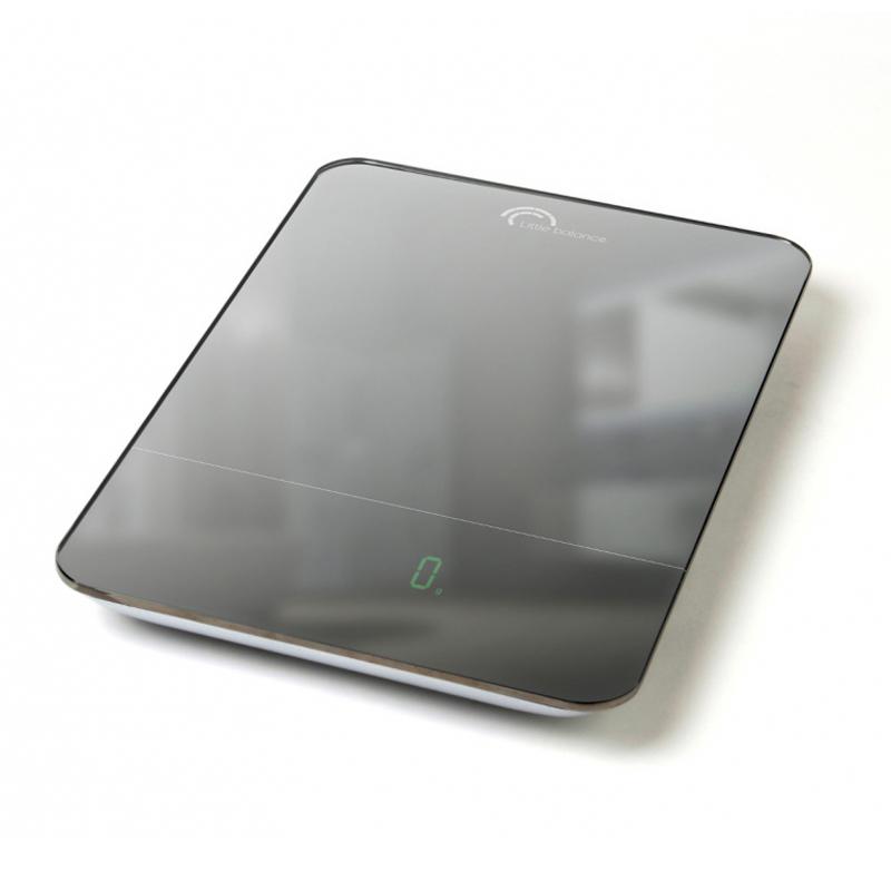 Весы кухонные Little balance Parfait 10, цвет: черный, стальнойZSE22222CFКухонные весы Parfait 10 просты и удобны в эксплуатации. Горизонтальная платформа изготовлена из качественного высокопрочного стекла, выдерживающего вес до 10 кг, и имеет зеркальную отделку. Корпус выполнен из полимерных материалов. Включаются и выключаются вручную, а также могут выключаться автоматически.Прилагается инструкция по эксплуатации на русском языке.УВАЖАЕМЫЕ ПОКУПАТЕЛИ!Обратите внимание на то, что необходимо докупить 4 батареи типа ААА 1,5 V (в комплект не входят).Материал: стекло, полимерные материалы. Размер весов: 27 см x 18 см x 2,5 см. Размер дисплея: 6,7 см x 2,1 см. LСD подсветка: зеленая.