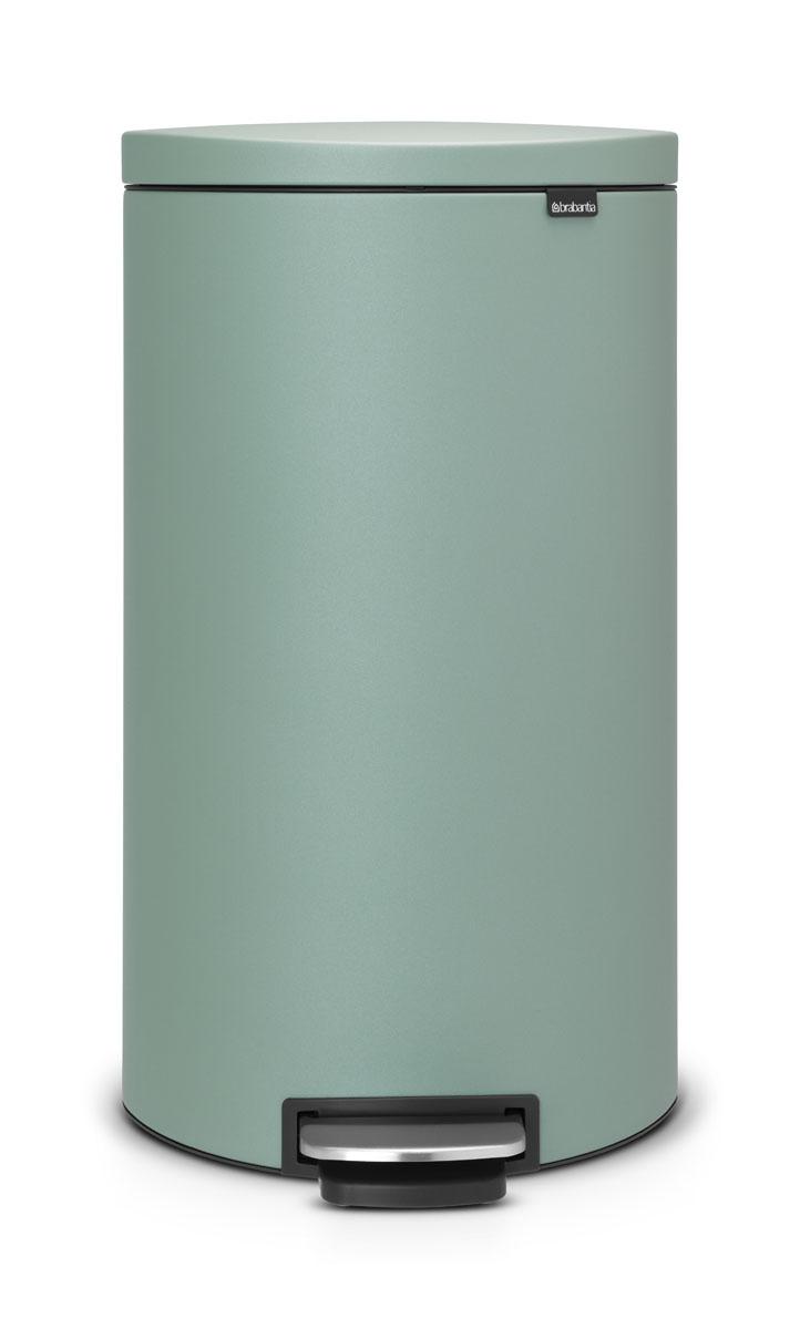 Бак мусорный Brabantia FlatBack+, с педалью, цвет: мятный, 30 лES-412Бак FlatBack+ - это самый эргономичный бак бренда Brabantia. При этом механизм MotionControl обеспечивает бесшумное закрывание и мягкое действие педали. Но и это еще не все - бак имеет защиту от отпечатков пальцев, а также удобную гибкую ручку для переноски. Бесшумное закрывание и мягкое действие педали - механизм MotionControl; Рациональное использование пространства - благодаря конструкции бак может устанавливаться вплотную к стене или кухонному шкафу; Умная фиксация крышки - при открывании крышка не касается стены благодаря уникальной конструкции крепления; Удобный в использовании - при открывании вручную крышка фиксируется в открытом положении, закрывается нажатием педали; Удобная очистка - съемное внутреннее ведро из пластика со складными захватами; Удобная смена мешков для мусора - специальная функция фиксации внутреннего ведра в поднятом положении; Бак удобно перемещать - гибкая ручка для переноски; Предохранение пола от повреждений - пластиковый защитный обод; Всегда опрятный вид – идеально подходящие по размеру мешки для мусора с завязками (размер G); 10-летняя гарантия Brabantia. Цвет: бирюзовый