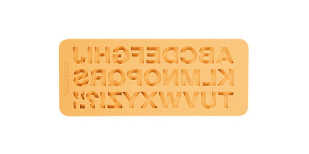 Молд для нанесения рисунка на мастику Tescoma Delicia Deco, цвет: желтый, 19,5 см х 8 см. 633054633054Молд для нанесения рисунка на мастику Tescoma Delicia Deco, выполненный из силикона, поможет вам легко нанести рисунки на мастику и сахарную пасту для тортов и сладких угощений. Молд содержит формы в виде букв английского алфавита. Использование и хранение: Перед первым использованием и после каждого применения вымойте молд в мыльной воде или на верхней полке в посудомоечной машине. Хорошо высушите молд перед использованием. Полезные советы по использованию: - Необходимо поставить заполненные формы в морозильник на 5-10 минут, а затем вытащить их, мягко нажав на дно формы. - Для того, чтобы мастика или цветочная паста не прилипали к молду, посыпьте его сахарной пудрой или смажьте растительным жиром сахарную мастику прежде чем накладывать на нее молд, - При раскатывании сахарной мастики используйте скалку для того, чтобы вся мастика была в полостях молда, - Следуйте инструкциям по изготовлению украшений, разместите их на...