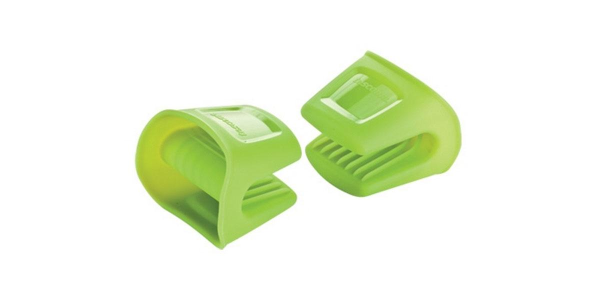 Набор прихваток Tescoma Fusion, цвет: зеленый, 2 шт638487Набор Tescoma Fusion, выполненный из силикона, состоит из двух прихваток. Изделия выдерживают высокую и низкую температуры (от -40°С до +230°С). Прихватки гигиеничны, эластичны, износостойки, не горят и не тлеют, не впитывают запахи, не оставляют пятен. Силикон абсолютно безвреден для здоровья, не вступает в реакцию с продуктами, легко моется. Такими прихватками можно брать не только горячие, но и холодные предметы, а также влажные и скользкие. Они отлично защищает от ожогов всю ладонь. Силиконовые прихватки - отличный подарок, удобный и необходимый любой хозяйке. Можно мыть в посудомоечной машине.