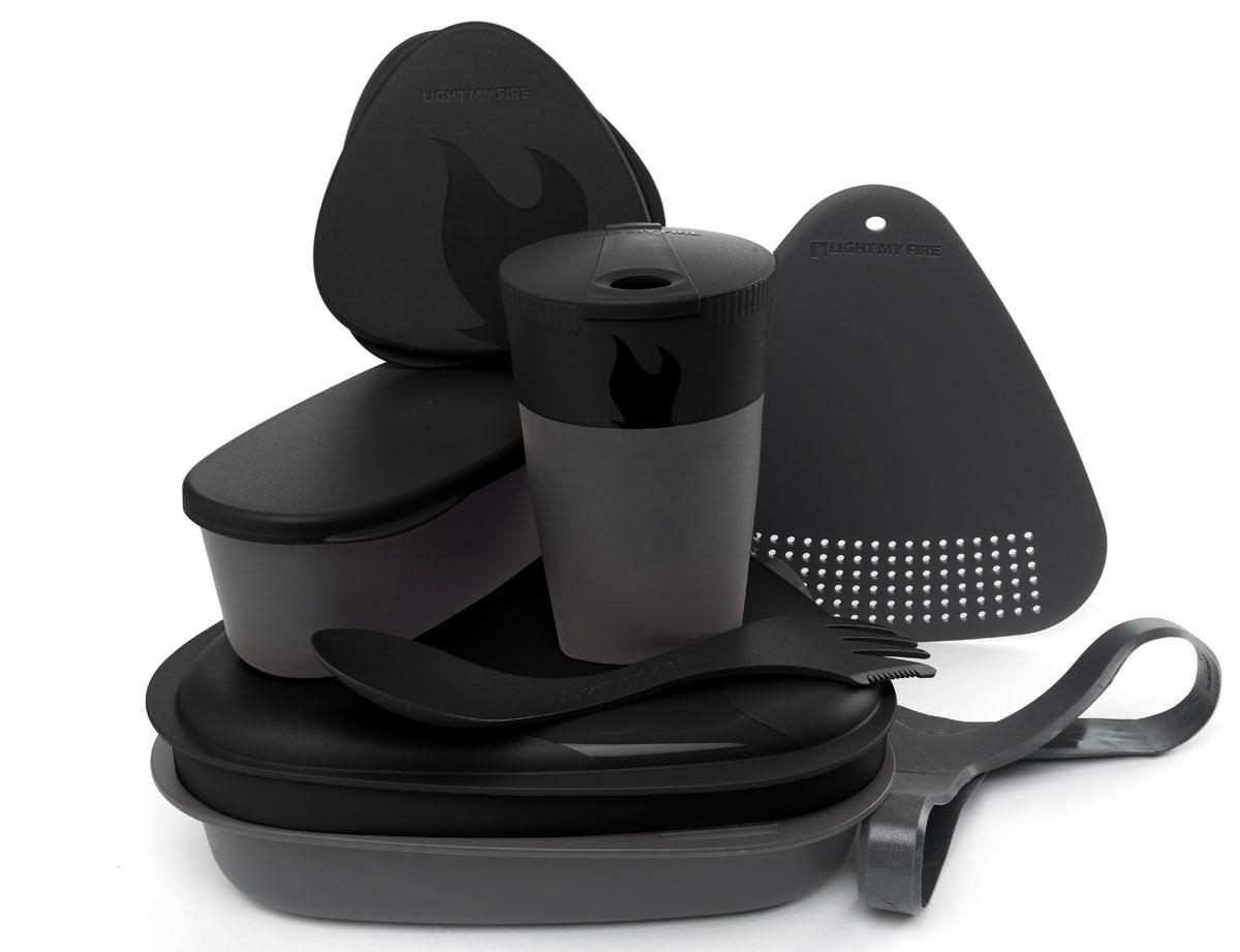 Набор походной посуды Light My Fire MealKit 2.0, цвет: черный, 10 предметов41362010Набор походной посуды Light My Fire MealKit 2.0 отлично подойдет для обедов на работе, в школе, для пикника, походов и загородного отдыха. Набор включает в себя: контейнер с крышкой, которая так же может использоваться как тарелка, ловилку Spork Original, которая сочетает в себе ложку, вилку, нож, герметичную коробочку с мерной шкалой SnapBox original, герметичную коробочку c мерной шкалой SnapBox oval, складную кружку Pack-up-Cup, комбинированную разделочную доску и удерживающий резиновый ремешок. Набор можно мыть в посудомоечной машине и использовать в микроволновой печи. Кроме того, набор Light My Fire MealKit 2.0 не тонет в воде! С таким набором не возможно остаться незамеченным. Размер контейнера (с учетом крышки): 19 см х 19 см х 6 см. Объем контейнера: 900 мл. Объем крышки: 500 мл. Длина ловилки: 17 см. Размер кружки (в разложенном виде): 7 см х 7 см х 10,5 см. Объем кружки: 260 мл. Размер кружки (в сложенном виде):...