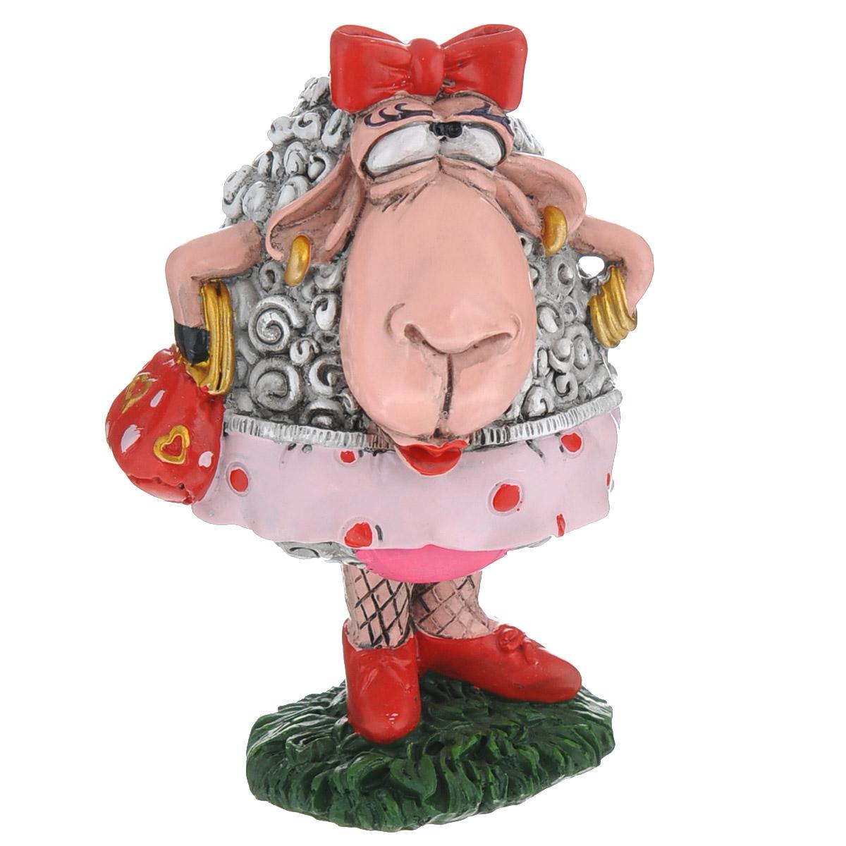 Статуэтка декоративная Comical World Овечка-модница, цвет: серый, красныйUP210DFОригинальная декоративная статуэтка Comical World Овечка-модница выполнена из полистоуна в виде красивой овечки с сумочкой и бантиком на голове. Такая статуэтка - отличный вариант для новогоднего подарка для ваших близких и друзей.