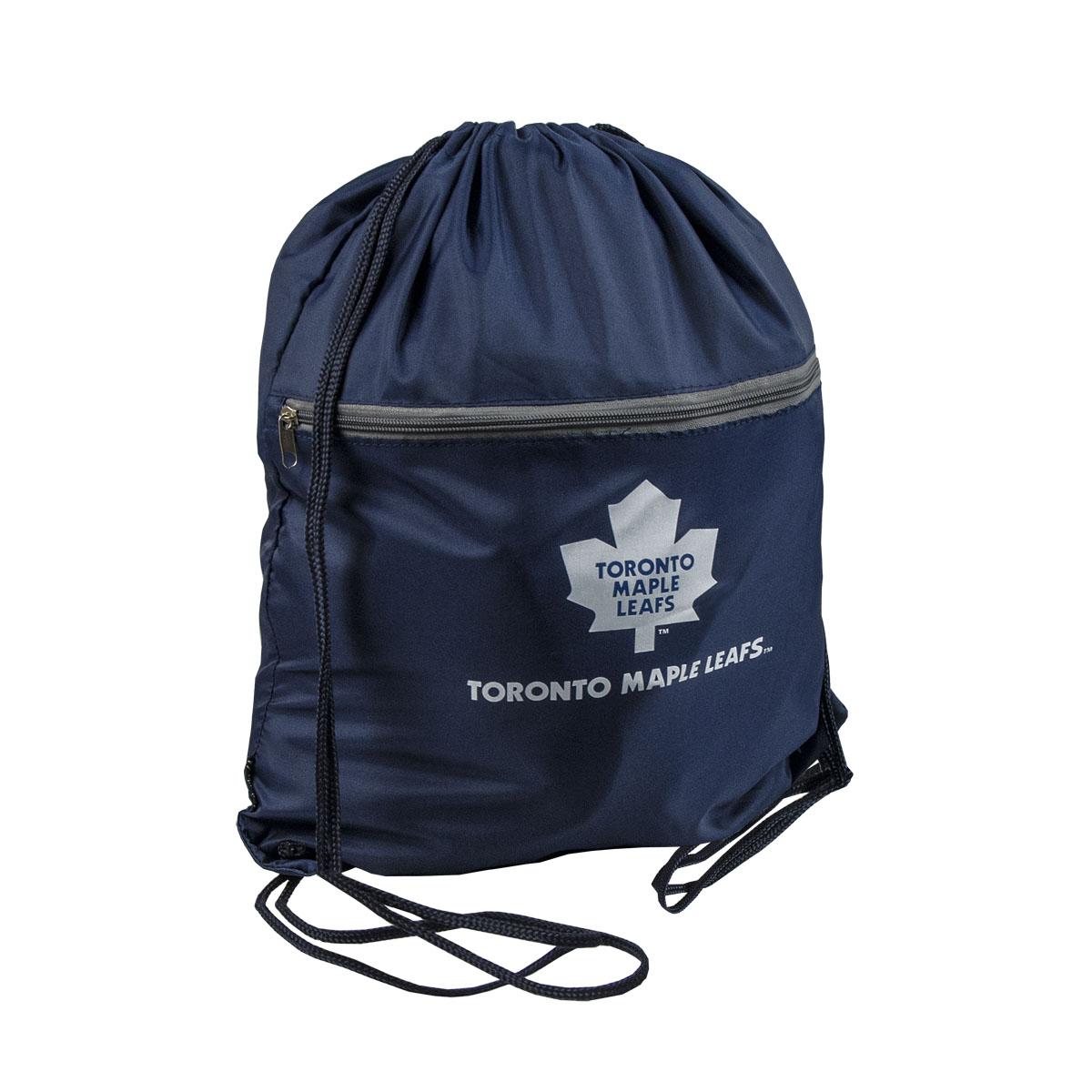 Мешок на шнурке NHL Maple Leafs, цвет: синий, 15 л29058Мешок на шнурке NHL Maple Leafs выполнен из 100% полиэстера. Он выполняет функции рюкзака, благодаря плечевым лямкам, которые надежно фиксируют изделие у его верхнего основания. Мешок имеет 2 отделения, одно из которых закрывается на молнию. Украшен эмблемой хоккейной команды Maple Leafs.