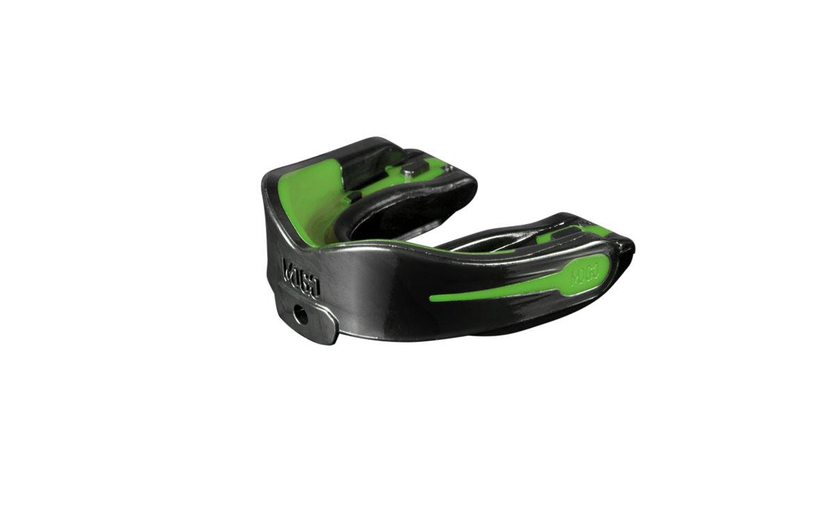Капа одночелюстная детская MoGo, цвет: черный, зеленый, вкус: мятаMOGB-02M-TПоистине революционная технология позволила MoGo придать пластику вкус, создав первую в мире ароматизированную капу. Уникальность технологии в том, что ароматизатор не распылен по поверхности, а внедрен в сам материал. Благодаря этому, вы будете ощущать во рту приятный освежающий вкус каждый раз, как используете капу. Она также предотвращает пересыхание ротовой полости во время соревнований или тренировок, тем самым повышая эффективность вашего дыхания. Капа MoGo прекрасно подходит как для занятий единоборствами, так и для любых видов спорта, где необходима подобная защита. Капа изготовлена по принципу свари и укуси или проще говоря - вам придется предварительно нагреть ее в горячей воде, чтобы потом с легкостью подогнать под вашу челюсть. Продуманный дизайн гарантирует вам максимум защиты, отдачи, комфорта и свободы дыхания во время тренировок. Все ароматизаторы изготовлены из натуральных компонентов. Все вкусовые добавки и материалы одобрены Управлением по контролю...