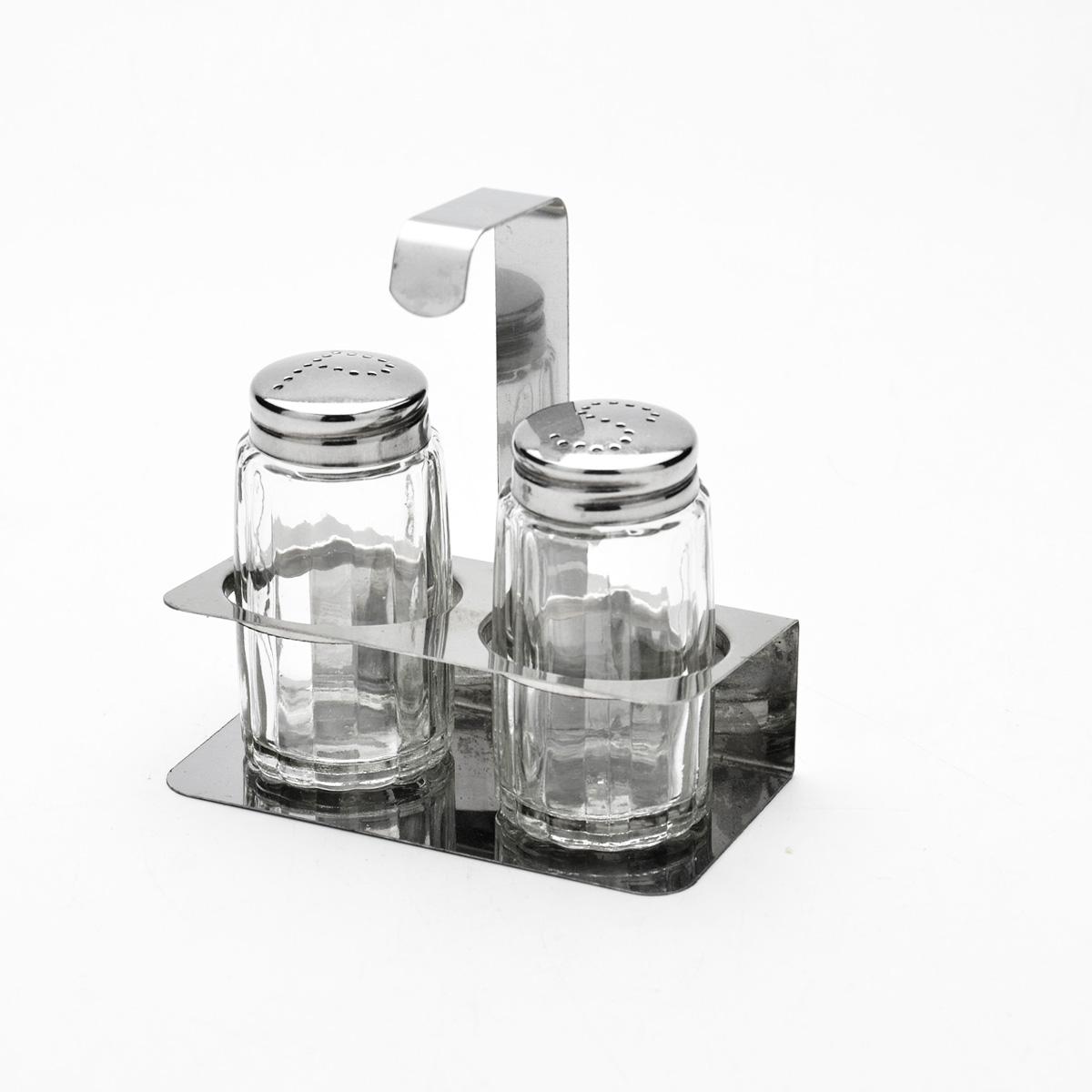 Набор для специй Mayer & Boch, 3 предмета. 92029202Набор для специй Mayer & Boch состоит из солонки, перечницы и подставки. Емкости выполнены из высококачественного стекла. Крышки емкостей, а также подставка выполнены из нержавеющей стали. Подставка оснащена ручкой. Набор для специй Mayer & Boch прекрасно оформит кухонный стол и станет незаменимым аксессуаром на любой кухне. Размер емкостей: 3,5 см х 3,5 см х 7 см. Размер подставки: 10 см х 5 см х 10 см. Размер емкостей: 3,5 см х 3,5 см х 7 см. Размер подставки: 10 см х 5 см х 10 см.