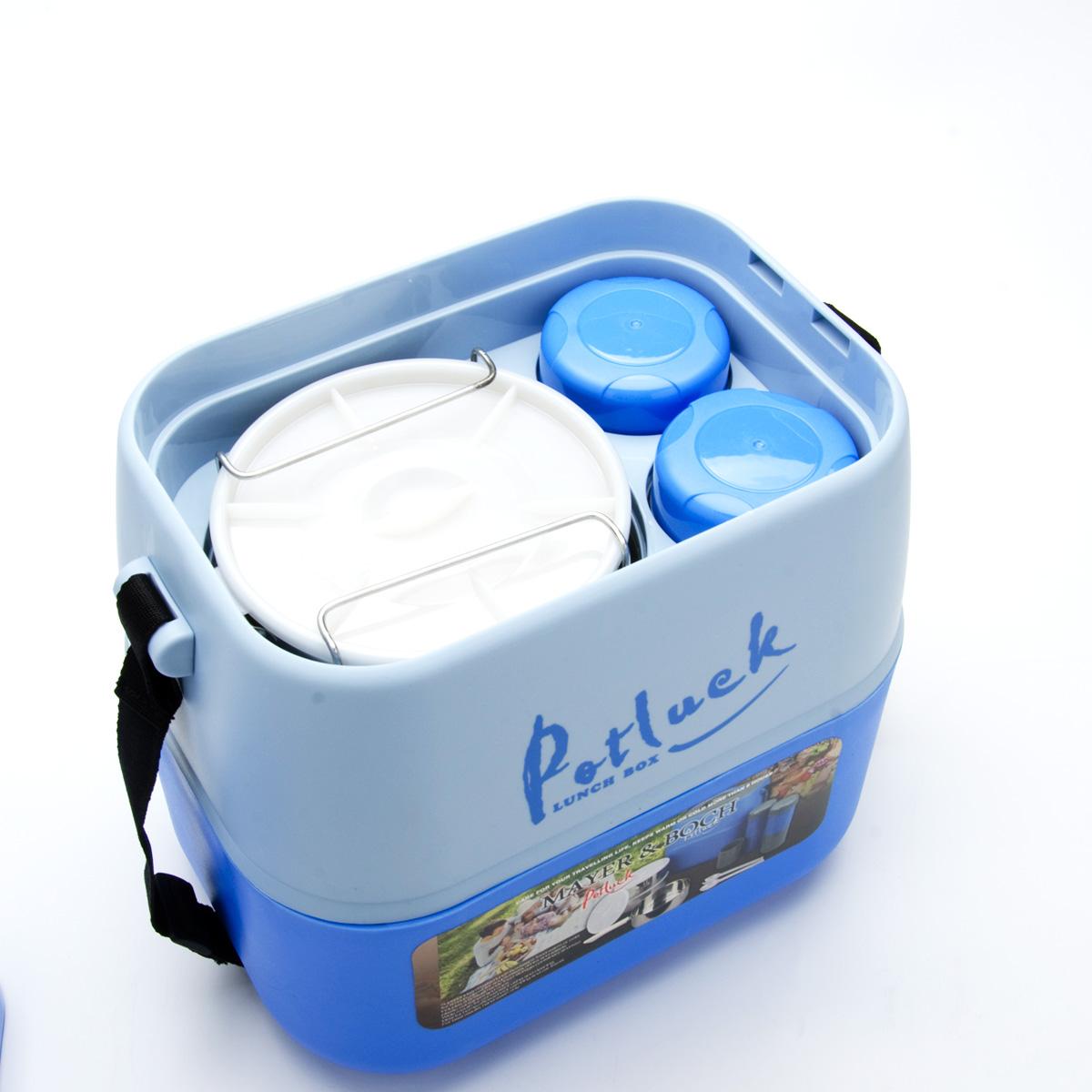 Термо-контейнер для продуктов Mayer & Boch, цвет: синий, 3,6 лVT-1520(SR)Термо-контейнер Mayer & Boch, изготовленный из полипропилена, станет незаменимой вещью для офисных работников, водителей, школьников и студентов. Благодаря двойной стенке и герметичной крышке термо-конейнер сохраняет температуру продуктов в течение 4-5 часов, поэтому вы сможете насладиться теплым обедом и вне дома. Изделие имеет абсолютно герметичную конструкцию. Контейнер идеален для пикников и путешествий. Вы можете носить в нем обеды и завтраки, супы, закуски, фрукты, овощи и другое. Термо-контейнер прекрасно подходит для горячей и холодной пищи. Для более удобной транспортировки изделие оснащено текстильным ремнем. В наборе - 3 стальных контейнера для пищи с пластиковыми крышками, металлическая подставка и съемная ручка для контейнеров, 2 пластиковые емкости для жидкости с крышками, 2 стакана, пластиковые ложка и вилка-ложка. Все предметы компактно и надежно складываются внутрь термо-контейнера. Объем термо-контейнера: 3,6 л.Размер термо-контейнера: 27 см х 19 см х 29 см.Диаметр контейнера для пищи: 14 см.Высота контейнера для пищи (без учета крышки): 6 см.Размер подставки для контейнеров: 10,5 см х 10,5 см х 19 см.Длина съемной ручки для контейнеров: 11 см.Длина ложки/вилки-ложки: 16 см.