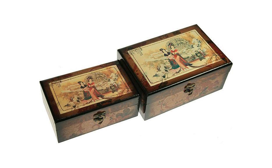 Набор шкатулок Сундучок, 22,5 см х 15,5 см х 10см, 2 шт. 34666UP210DFНабор шкатулок Русские подарки Сундучок превосходно подойдет для хранения украшений, денег или документов. Они сочетают в себе оригинальный дизайн и удивительную функциональность, что делает их отличным подарком. Набор состоит из двух шкатулок и изготовлен из высококачественных материалов. Материал: MDF, бумага, стекло, текстиль, эл. металла; цвет: коричневый