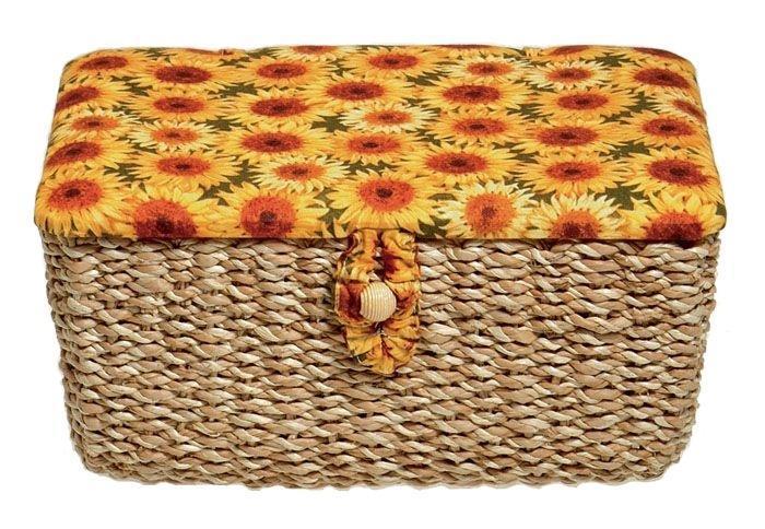 Шкатулка для рукоделия Prym Подсолнухи, цвет: желтый, оранжевый, зеленыйUP210DFШкатулка для рукоделия Prym Подсолнухи прямоугольная, обтянута мягкой тканью с изображением подсолнухов и декорирована плетеными вставками. Внутри шкатулки одно большое отделение и 6 накладных кармашков на резинке, также на крышке с внутренней стороны расположена игольница. Шкатулка застегивается на пуговицу.Шкатулка очень удобна в использовании, и к тому же станет украшением вашего домашнего интерьера! Характеристики:Размер: 26 см х 21 см х 13 см. Материал: текстиль, металл, пластик, дерево. Артикул: 612233.