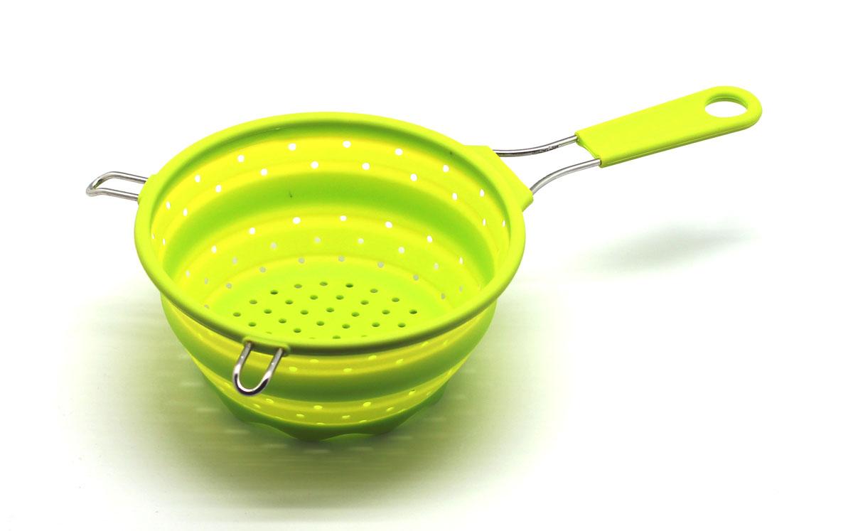 Сито складное Atlantis, цвет: салатовый, диаметр 17,5 см115610Складное сито Atlantis  станет полезным приобретением для вашей кухни. Оно изготовлено из высококачественного пищевого силикона и металла. Сито оснащено удобной эргономичной ручкой со специальным отверстием для подвешивания. Благодаря гибкости и антипригарным свойствам, ваша выпечка никогда не потеряет свой внешний вид. Сито компактно складывается, что делает его удобным для хранения.Подходит для микроволновой печи и посудомоечной машины.Диаметр (по верхнему краю): 17,5 см.Максимальная высота: 8,5 см.Минимальная высота: 3 см.
