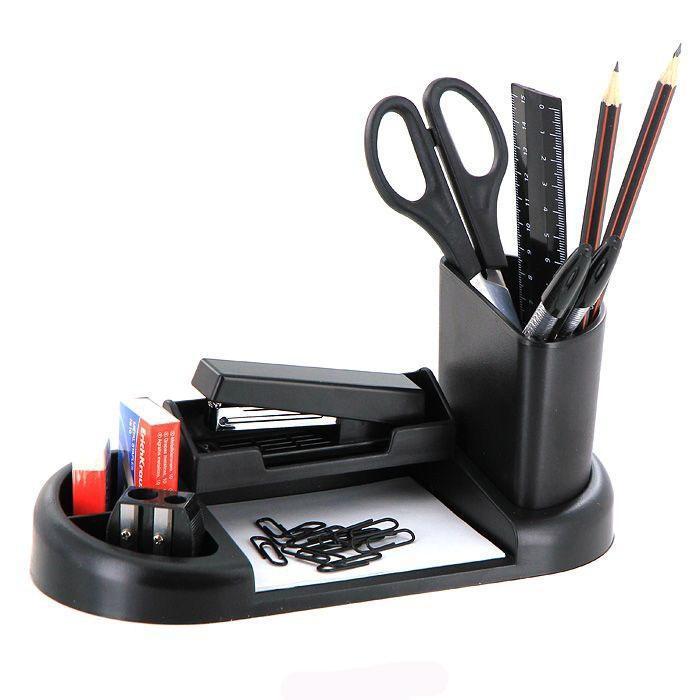 Набор настольный Erich Krause Гармония, цвет: черный, 15 предметов66609Настольный набор Erich Krause Гармония - незаменимый атрибут рабочего стола. Набор содержит черную пластиковую подставку со съемной карандашницей и отделением для степлера и оптимальный набор необходимых канцелярских принадлежностей: ножницы, блок бумаги для заметок, 2 чернографитных карандаша с ластиками, двойная точилка для карандашей, линейка на 15 см, степлер, 2 шариковые ручки, ластик, набор из 30 металлических скрепок с покрытием, скобы для степлера (No10). Отточенный дизайн и высокое качество выделяют набор Erich Krause Гармония из ряда подобных. Характеристики:Материал: пластик, металл, бумага, грифель, резина. Размер подставки: 22 см x 10 см x 3 см. Размер карандашницы: 7,5 см x 4 см x 9 см. Длина ножниц: 16,5 см. Длина карандаша: 19 см. Длина ручки: 15,5 см. Размер степлера: 9 см x 4 см x 2 см. Размер точилки: 3 см x 3 см x 1,5 см. Размер ластика: 4 см x 2 см x 1 см. Общая длина линейки: 16 см. Размер блока бумаги для заметок: 8,5 см x 10 см x 0,5 см. Размер упаковки: 23 см x 11 см x 6,5 см. Изготовитель: Россия. Бренд Erich Krause - это полный ассортимент канцтоваров для офиса и школы, который гарантирует безукоризненное исполнение разных задач в процессе работы или учебы, органично и естественно сопровождает вас день за днем. Для миллионов покупателей во всем мире продукция Erich Krause стала верным и надежным союзником в реализации любых проектов и самых амбициозных планов. Высококвалифицированные специалисты Erich Krause прилагают все свои усилия, что бы каждый продукт компании прослужил максимально долго и неизменно радовал покупателей удобством и легкостью использования, надежностью в эксплуатации и прекрасным дизайном.