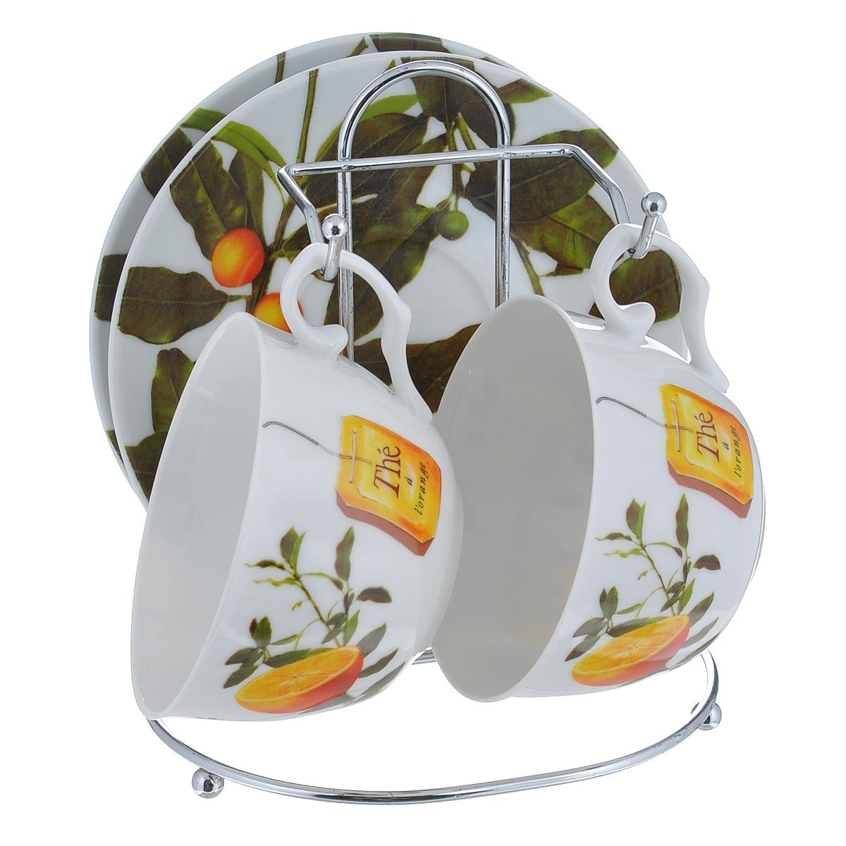 Набор чайный Larange Апельсин, 5 предметов586-262Чайный набор Апельсин состоит из двух чашек и двух блюдец. Предметы набора изготовлены из высококачественного фарфора и оформлены изображением апельсинов. Чашки и блюдца располагаются на удобной металлической подставке. Элегантный дизайн чайного набора придется по вкусу и ценителям классики, и тем, кто предпочитает утонченность и изысканность. Он настроит на позитивный лад и подарит хорошее настроение с самого утра. Не использовать в микроволновой печи. Не применять абразивные чистящие средства.