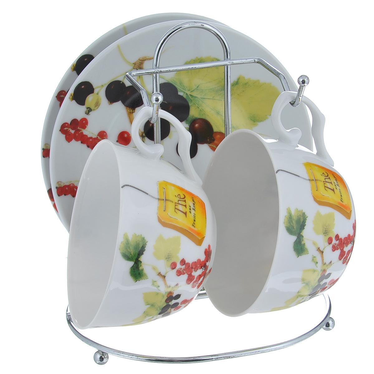 Набор чайный Larange Смородина, 5 предметов586-263Чайный набор Смородина состоит из двух чашек и двух блюдец. Предметы набора изготовлены из высококачественного фарфора и оформлены изображением ягод красной и черной смородины. Чашки и блюдца располагаются на удобной металлической подставке. Элегантный дизайн чайного набора придется по вкусу и ценителям классики, и тем, кто предпочитает утонченность и изысканность. Он настроит на позитивный лад и подарит хорошее настроение с самого утра. Не использовать в микроволновой печи. Не применять абразивные чистящие вещества. Объем чашки: 250 мл. Диаметр чашки по верхнему краю: 9,5 см. Высота чашки: 6 см. Диаметр блюдца: 14,5 см. Размер подставки: 14 см х 12 см х 16 см.