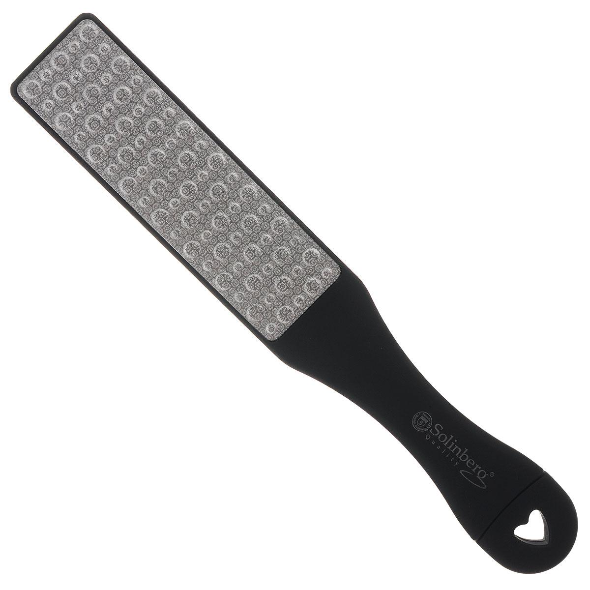 Solinberg Терка для обработки мозолей и огрубевшей кожи ног GD-4800, двусторонняя261-4800Двусторонняя терка для ног Solinberg с лазерной перфорацией, с удобной пластиковой ручкой предназначена для сухого педикюра. Одна сторона - терка (с массажным эффектом), другая сторона - шлифовка. Специальные покрытия разной абразивности обеспечат бережный уход за вашими ногами. Способ применения: распарьте ступни ног и равномерными движениями удалите загрубевшую кожу. Пилочкой в ручке терки, при необходимости, обработайте ногти. После процедуры смажьте ступни смягчающим кремом. Товар сертифицирован.
