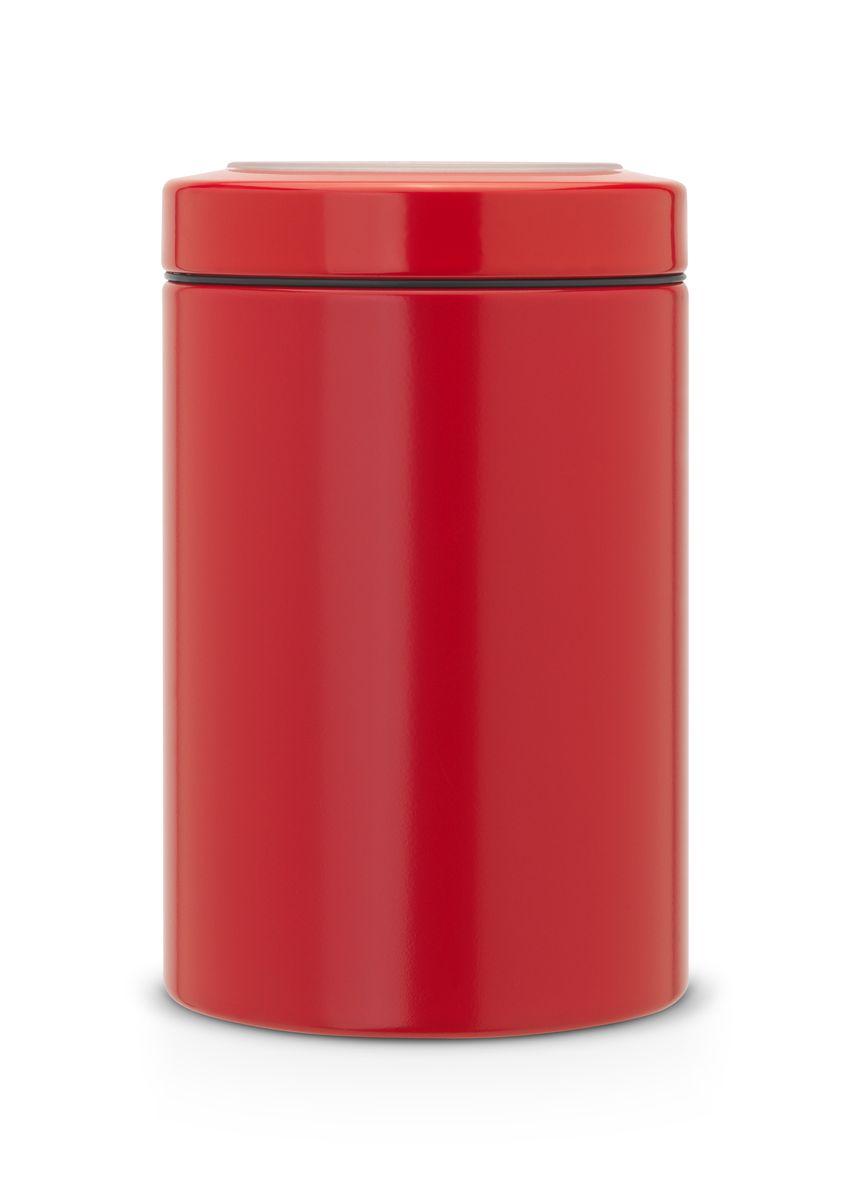 Контейнер Brabantia, цвет: красный, 1,4 л. 484049484049Контейнер Brabantia с прозрачной крышкой изготовлен из антикоррозийной стали с защитным покрытием. Благодаря антистатической поверхности содержимое контейнера не прилипает к пластиковому окошку. Герметичная крышка не пропускает запахи и позволяет дольше сохранять свежесть и аромат продуктов. Удобный и легкий контейнер позволит вам хранить всевозможные продукты, а благодаря современному дизайну он впишется в любой интерьер. Размер контейнера: 11 см х 11 см х 17 см. Объем контейнера: 1,4 л.