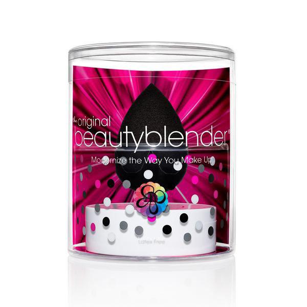 Beautyblender Спонж для макияжа Pro и мыло для очистки Solid Blendercleanser, 30 млБП-00000789Профессиональный спонж Beautyblender Pro поможет непрофессионалам нанести макияж идеально, с его помощью - это не сложно. А мастера макияжа значительно сократят время на нанесение идеального тона, увидят экономию тональных средств, а так же один спонж заменит множество кистей. Необычная форма спонжа, форма капли, дает массу преимуществ. Нанесение тона без полосок и линий, которые оставляют угловые и плоские спонжи, легкий доступ в труднодоступные места и идеальное распределение средства. С помощью Beautyblender Pro вы можете наносить не только тональные средства, но и средства по уходу и автозагары. Что бы сохранить его на долго необходимо очищать его при помощи очищающего мыла или геля для спонжей и кистей Blendercleanser. Мягко очищает спонжи, кисти, продлевает их срок эксплуатации, прекрасно подходит в том числе и для точечного очищения. Способ применения: смочите спонж, отожмите (степень влажности влияет на плотность слоя, чем суше спонж, тем плотнее...