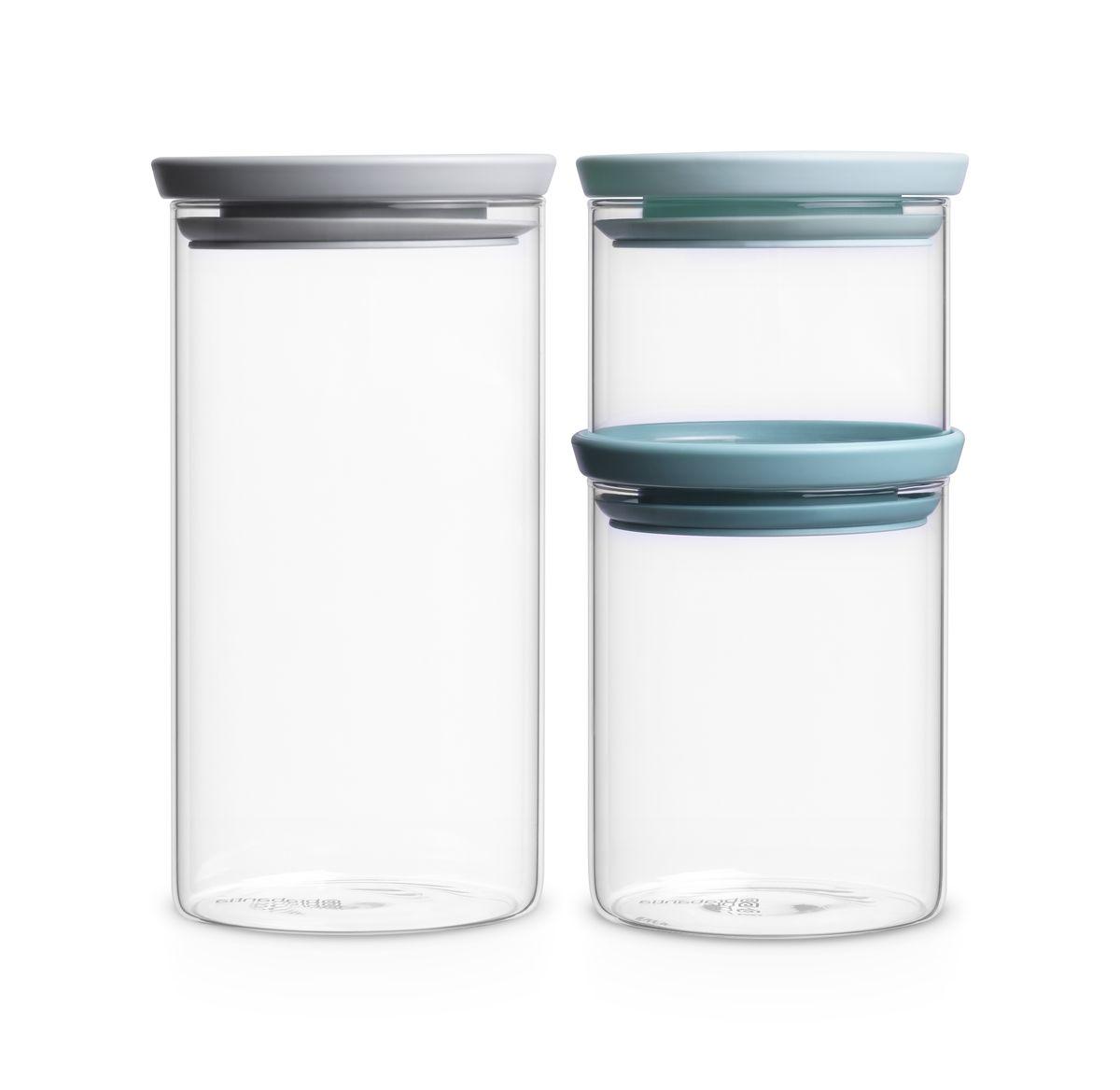 Набор емкостей для сыпучих продуктов Brabantia, 3 штVT-1520(SR)Набор Brabantia, изготовленный из высококачественного стекла, состоит из 3 емкостей для сыпучих продуктов разного объема. Банки прекрасно подойдут для хранения различных сыпучих продуктов: специй, чая, кофе, сахара, круп и многого другого. Емкости надежно закрываются пластиковыми крышками, которые снабжены силиконовыми уплотнителями для лучшей фиксации. Благодаря этому они будут дольше сохранять свежесть ваших продуктов.Функциональные и вместительные, такие емкости станут незаменимыми аксессуарами на любой кухне. Можно мыть в посудомоечной машине.Литраж банок: 0,3 л, 0,6 л, 1,1 л.