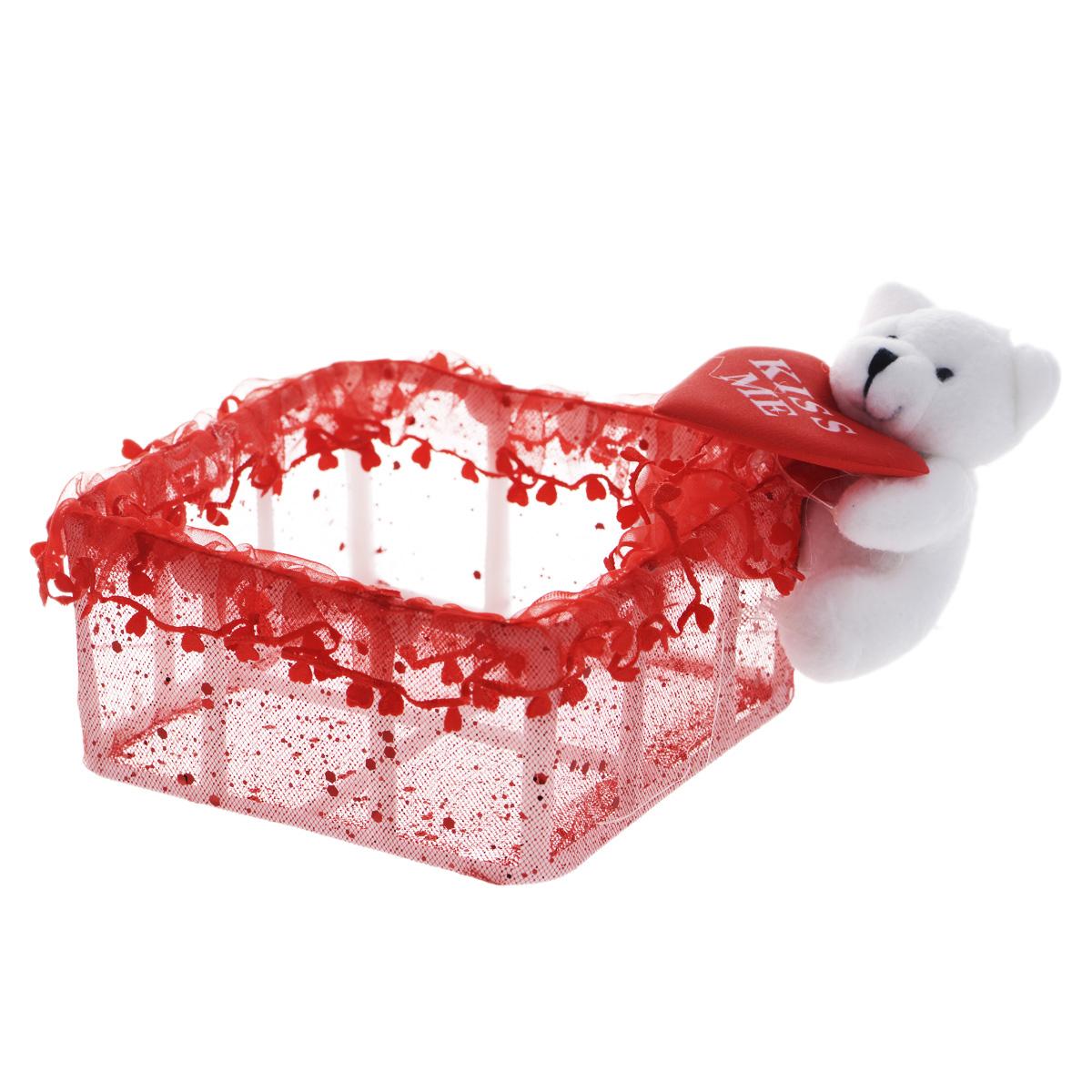 Корзинка декоративная Home Queen От всего сердца, 11,5 х 11,5 х 6 см09840-20.000.00Декоративная корзинка Home Queen От всего сердца имеет пластиковый каркас и обтянута сетчатым полиэстером. Корзинка украшена рюшами, блестками и плюшевой игрушкой белого мишки с сердцем. Красивая корзинка станет милым сувениром и порадует получателя. Может послужить как подарочная упаковка для подарка или как аксессуар для хранения бытовых вещей и предметов для рукоделия (бусин, бисера и т.д.).