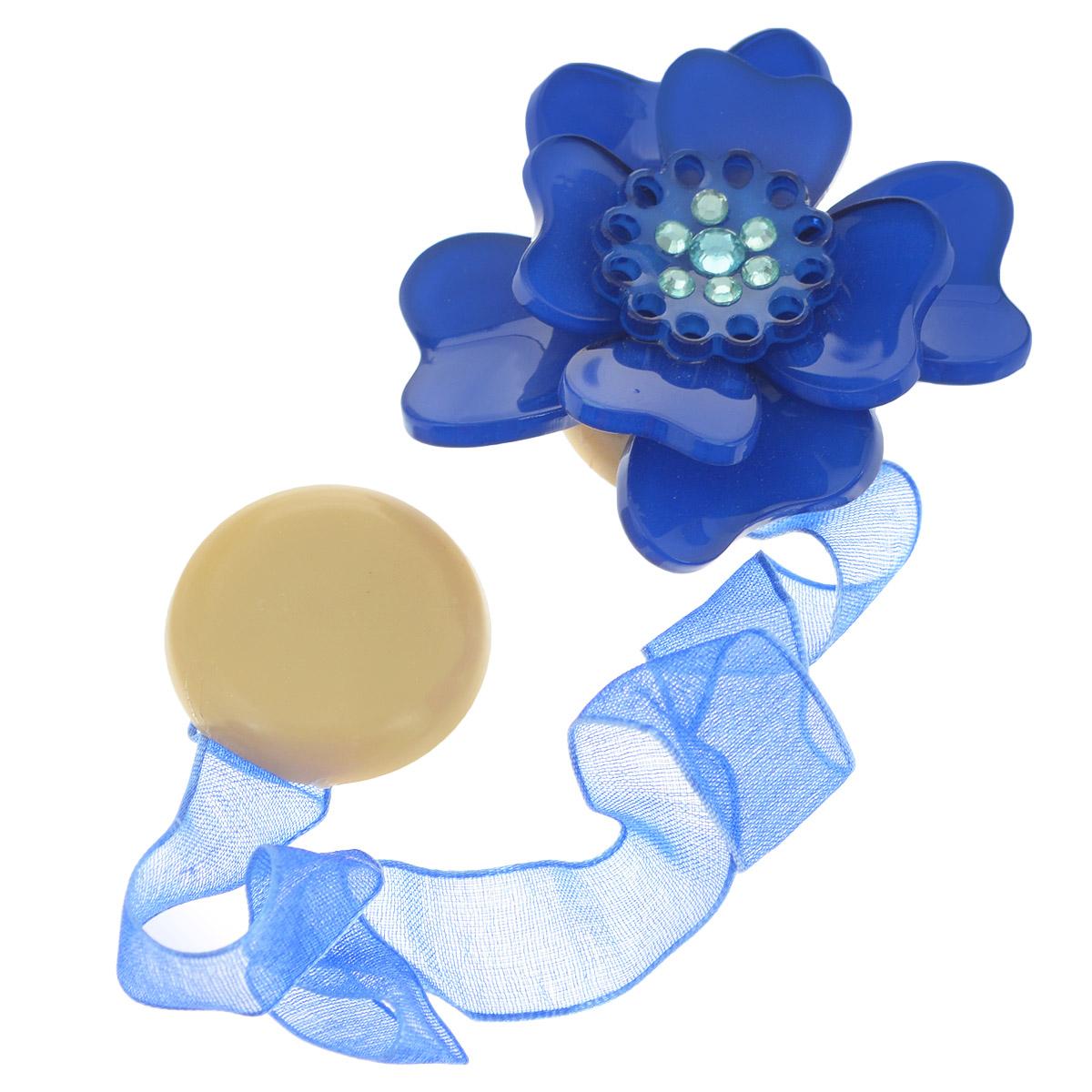 Клипса-магнит для штор Calamita Fiore, цвет: синий. 7704008_7927704008_792Клипса-магнит Calamita Fiore, изготовленная из пластика и текстиля, предназначена для придания формы шторам. Изделие представляет собой два магнита, расположенные на разных концах текстильной ленты. Один из магнитов оформлен декоративным цветком и украшен стразами. С помощью такой магнитной клипсы можно зафиксировать портьеры, придать им требуемое положение, сделать складки симметричными или приблизить портьеры, скрепить их. Клипсы для штор являются универсальным изделием, которое превосходно подойдет как для штор в детской комнате, так и для штор в гостиной. Следует отметить, что клипсы для штор выполняют не только практическую функцию, но также являются одной из основных деталей декора этого изделия, которая придает шторам восхитительный, стильный внешний вид. Материал: пластик, полиэстер, магнит. Диаметр декоративного цветка: 5 см. Диаметр магнита: 2,5 см. Длина ленты: 28 см.